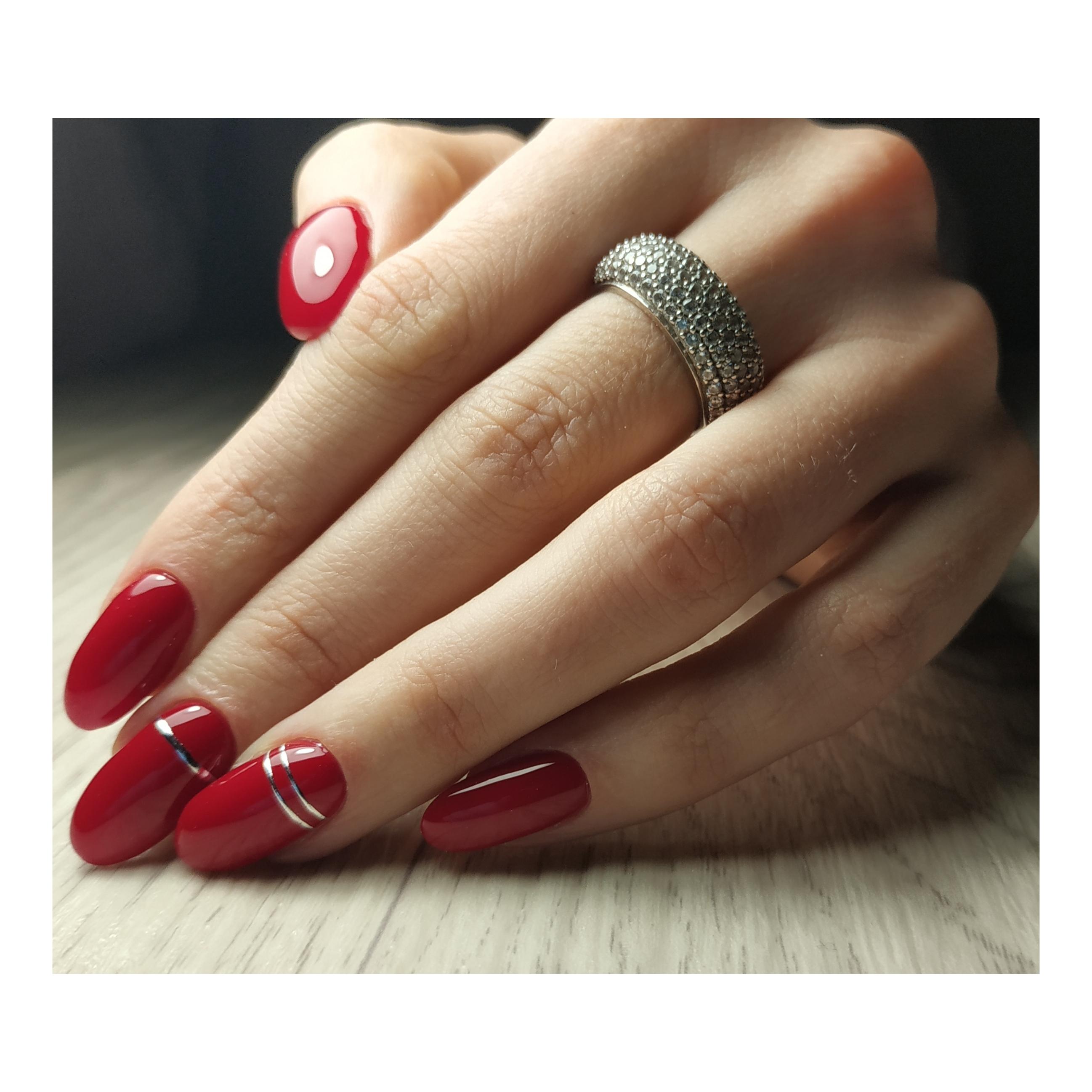 Маникюр с серебряными полосками в бордовом цвете.