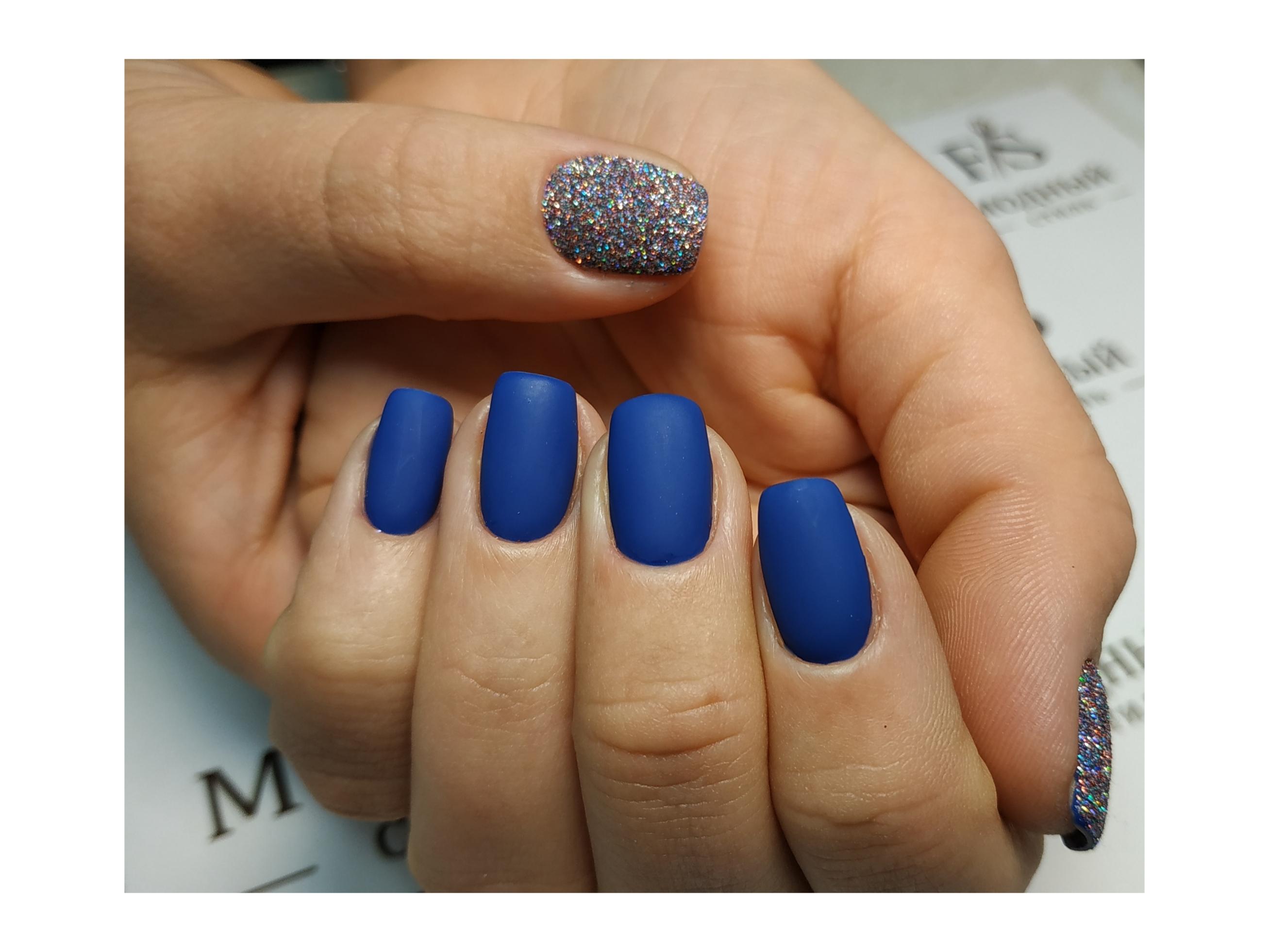 Матовый маникюр с блестками в синем цвете.