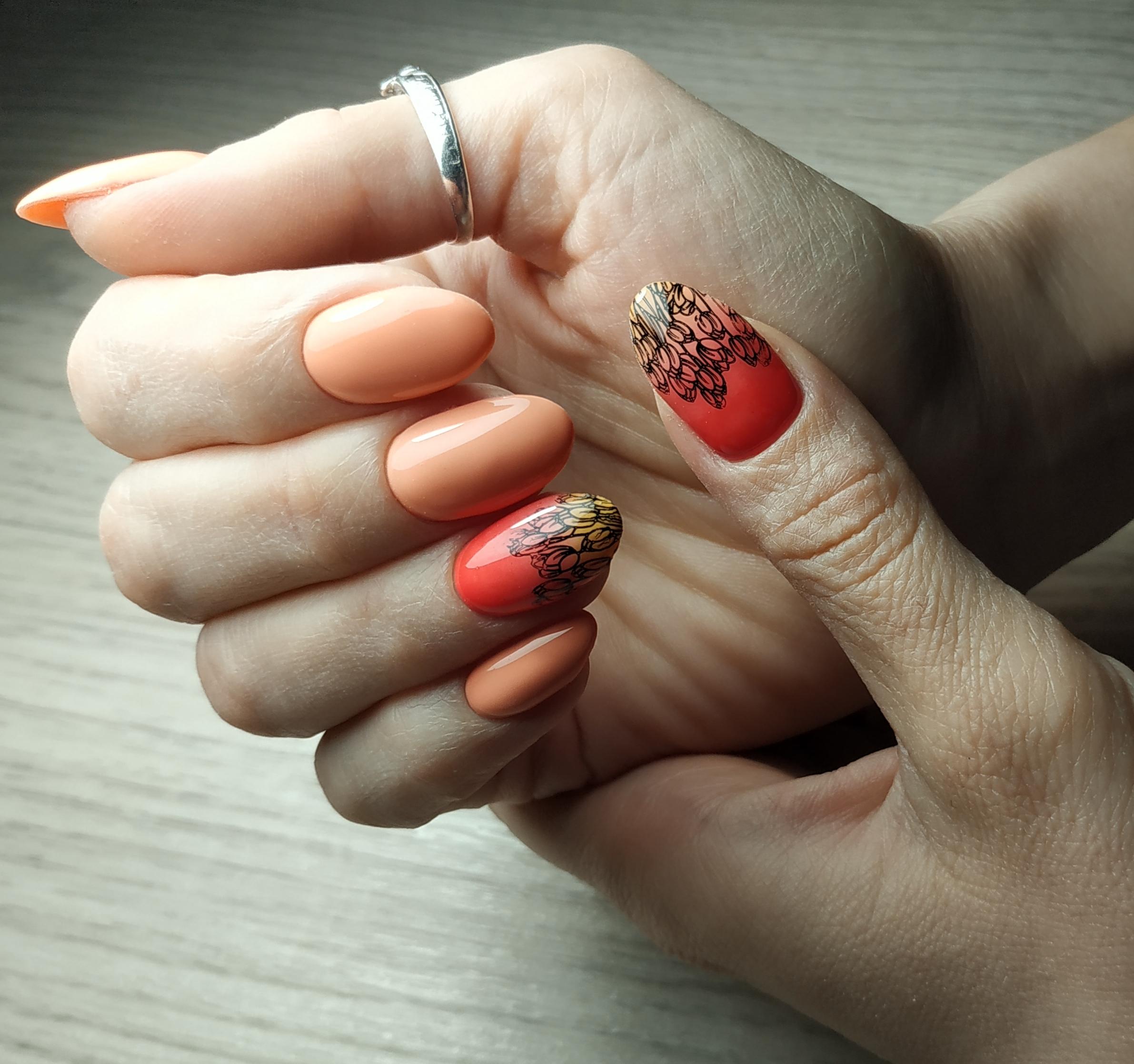 Маникюр с цветочным слайдером в персиковом цвете.