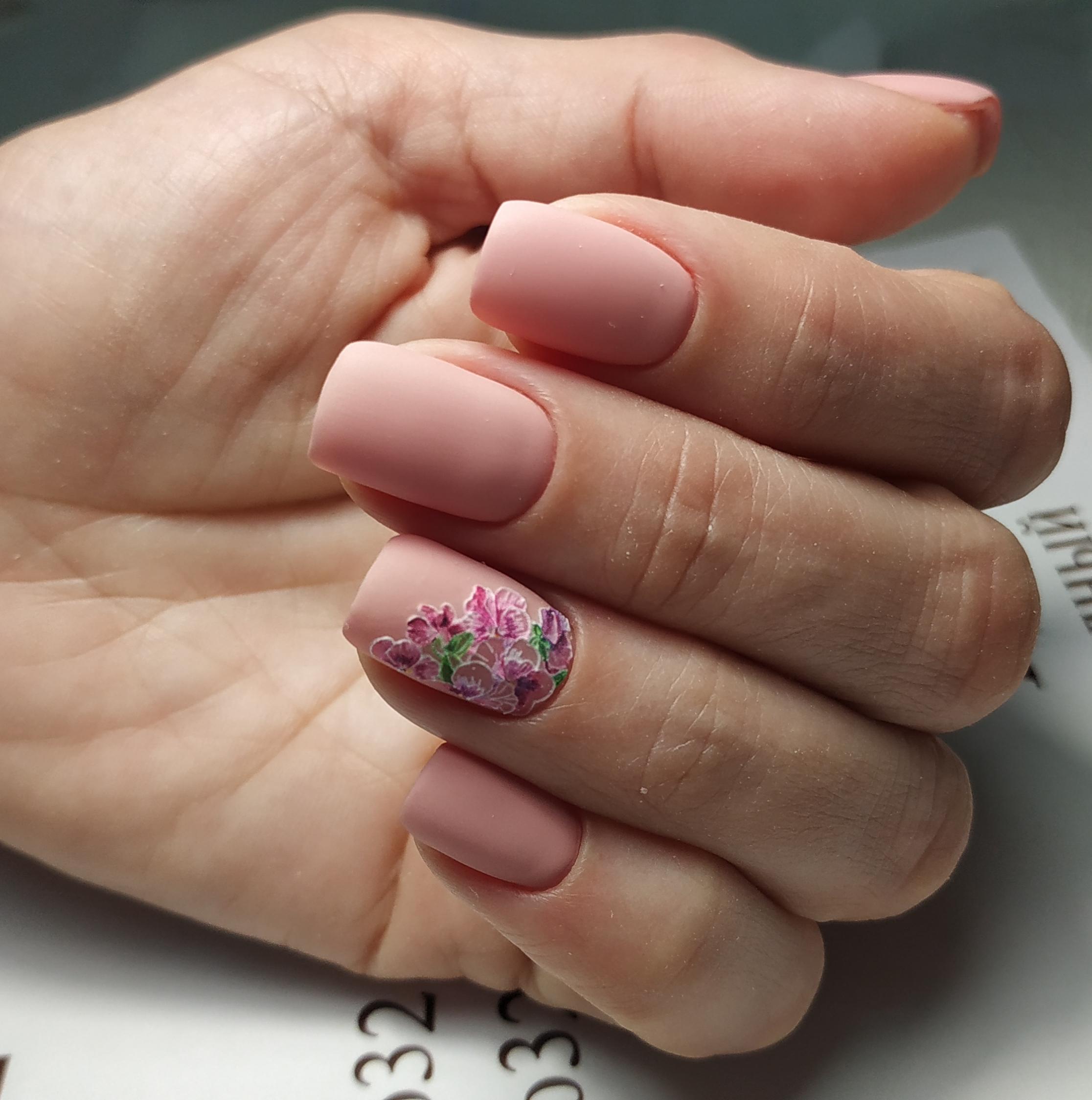 Матовый маникюр с цветочным рисунком в розовом цвете.