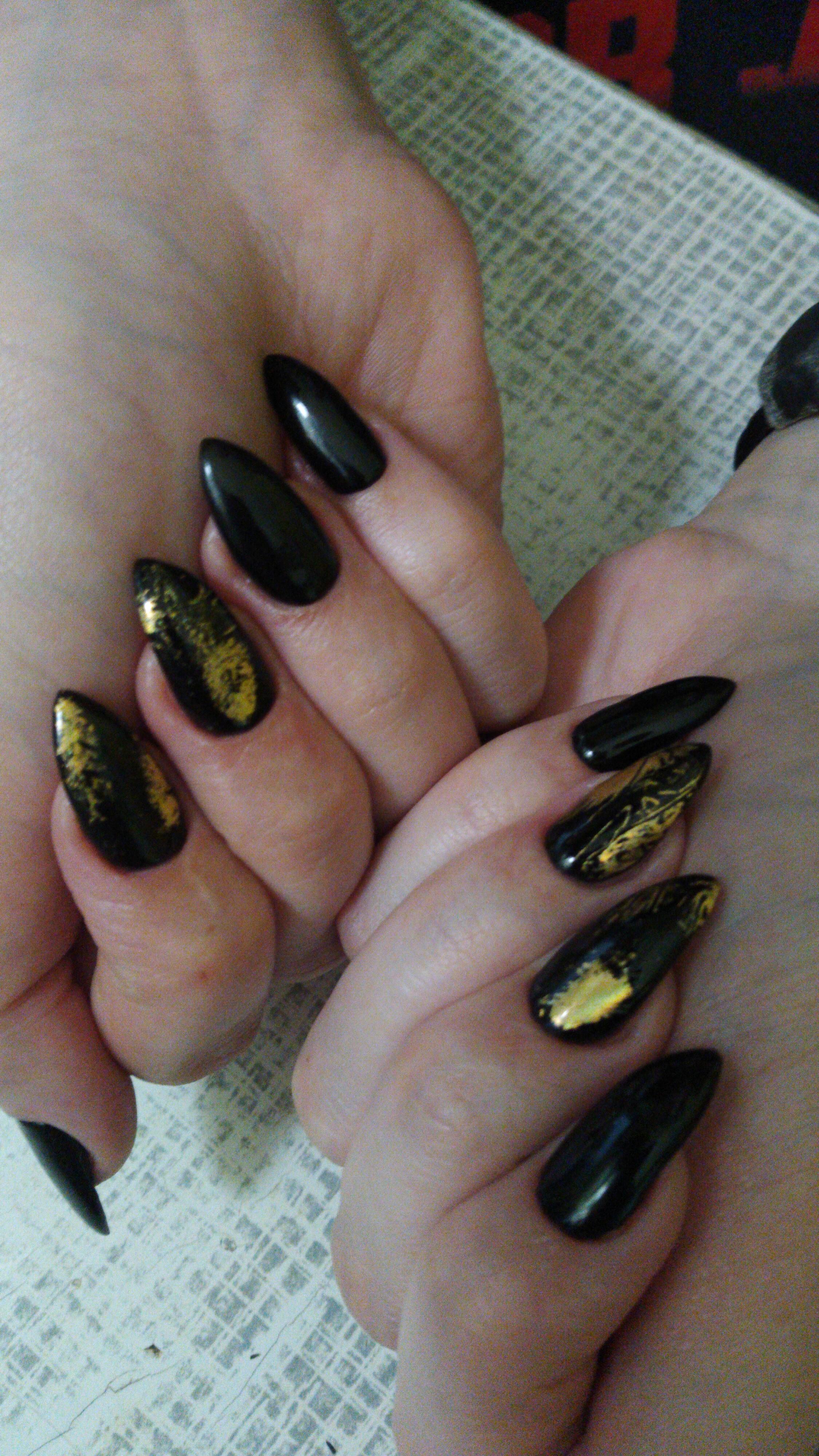 Маникюр с золотой фольгой в черном цвете на длинные ногти.