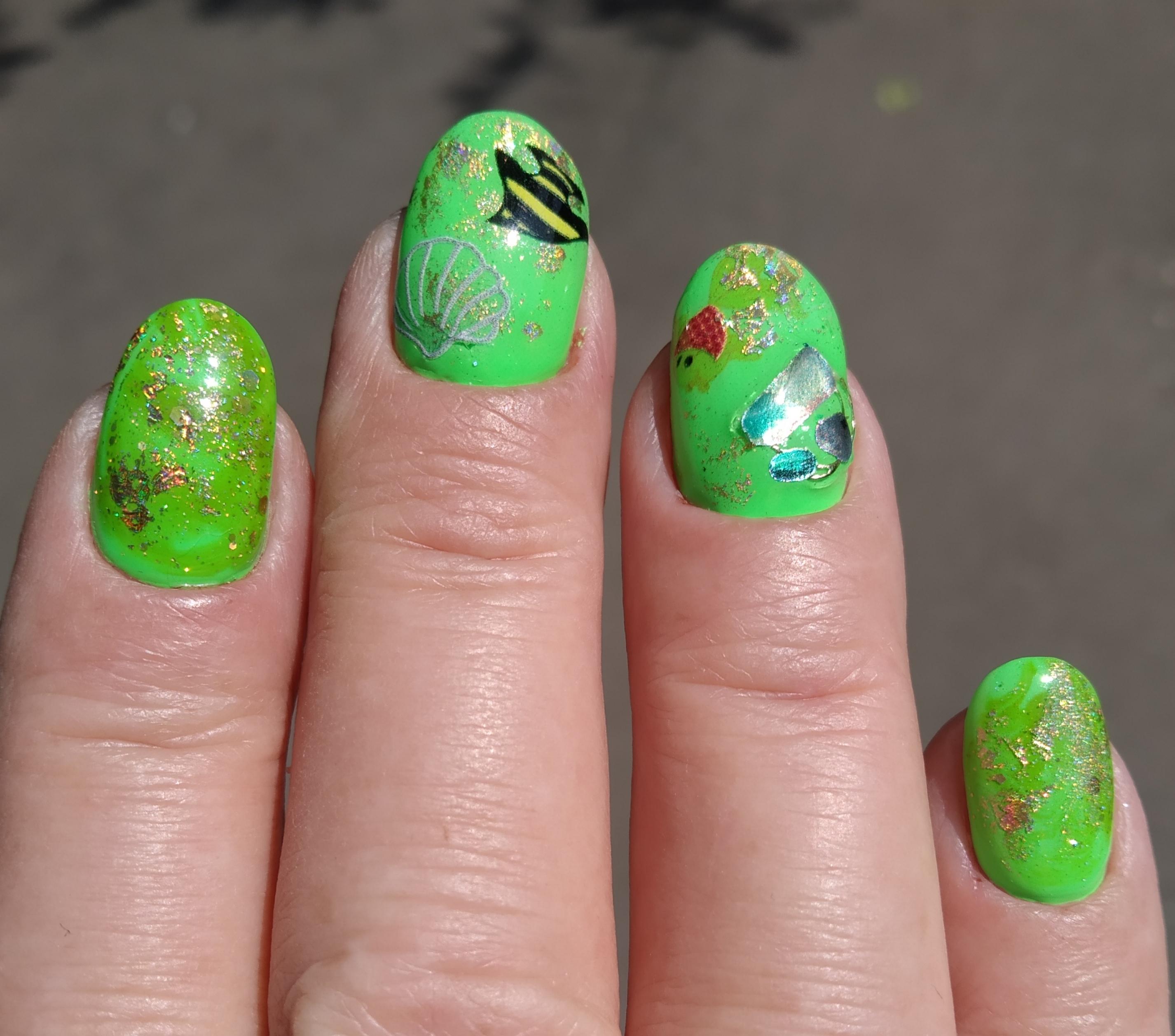 Маникюр с рыбками и цветной фольгой в кислотном цвете на короткие ногти.
