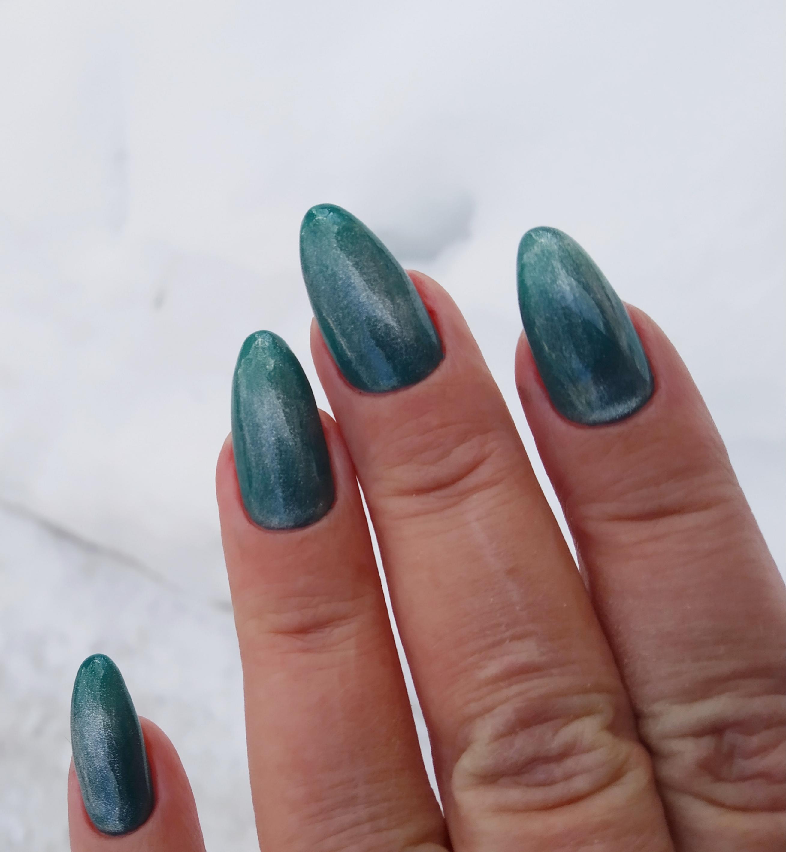 Маникюр  изумрудного цвета на длинные ногти с голографическим кошачьим глазом