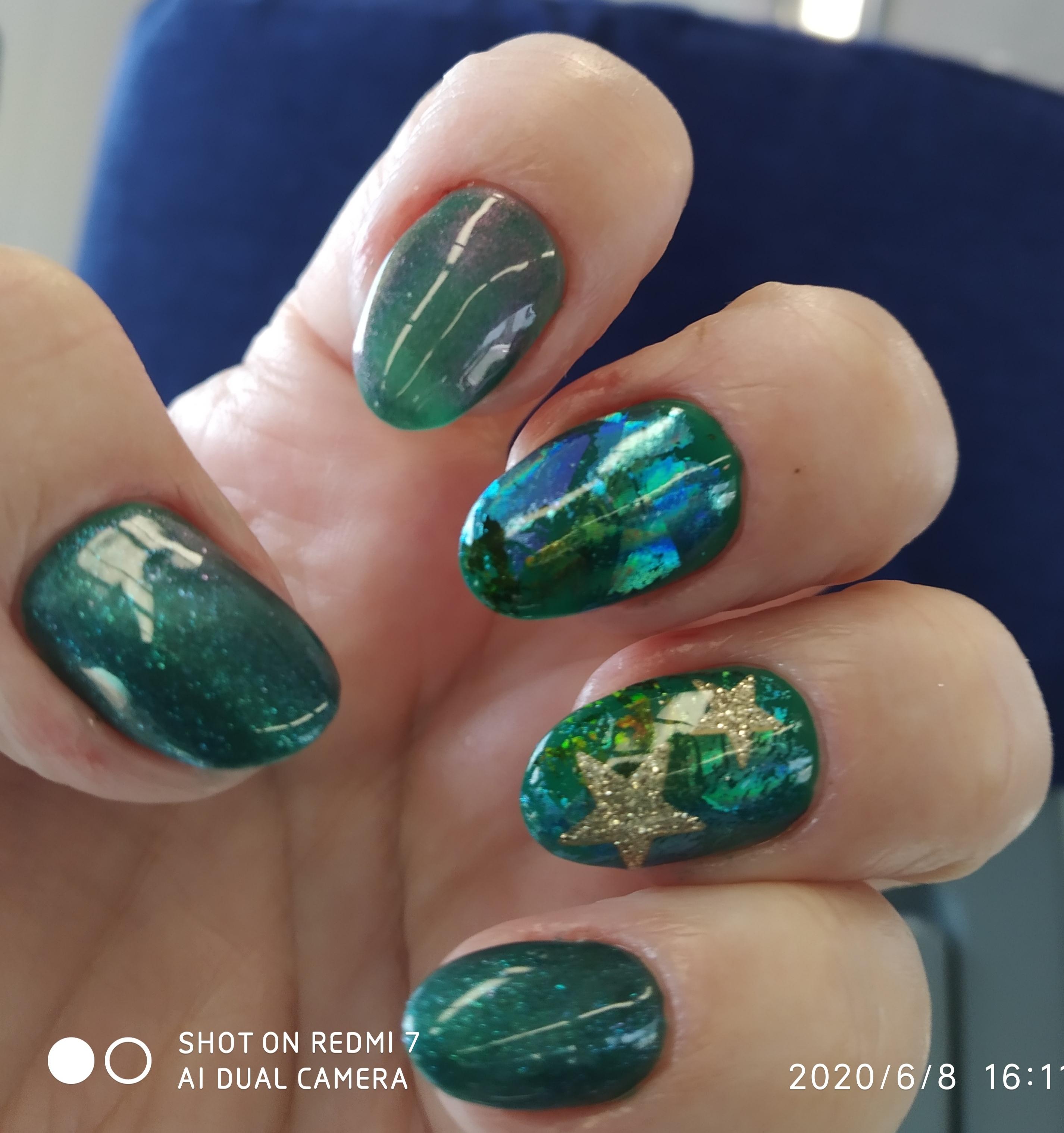 Маникюр с цветной фольгой и блестками в темно-зеленом цвете на короткие ногти.