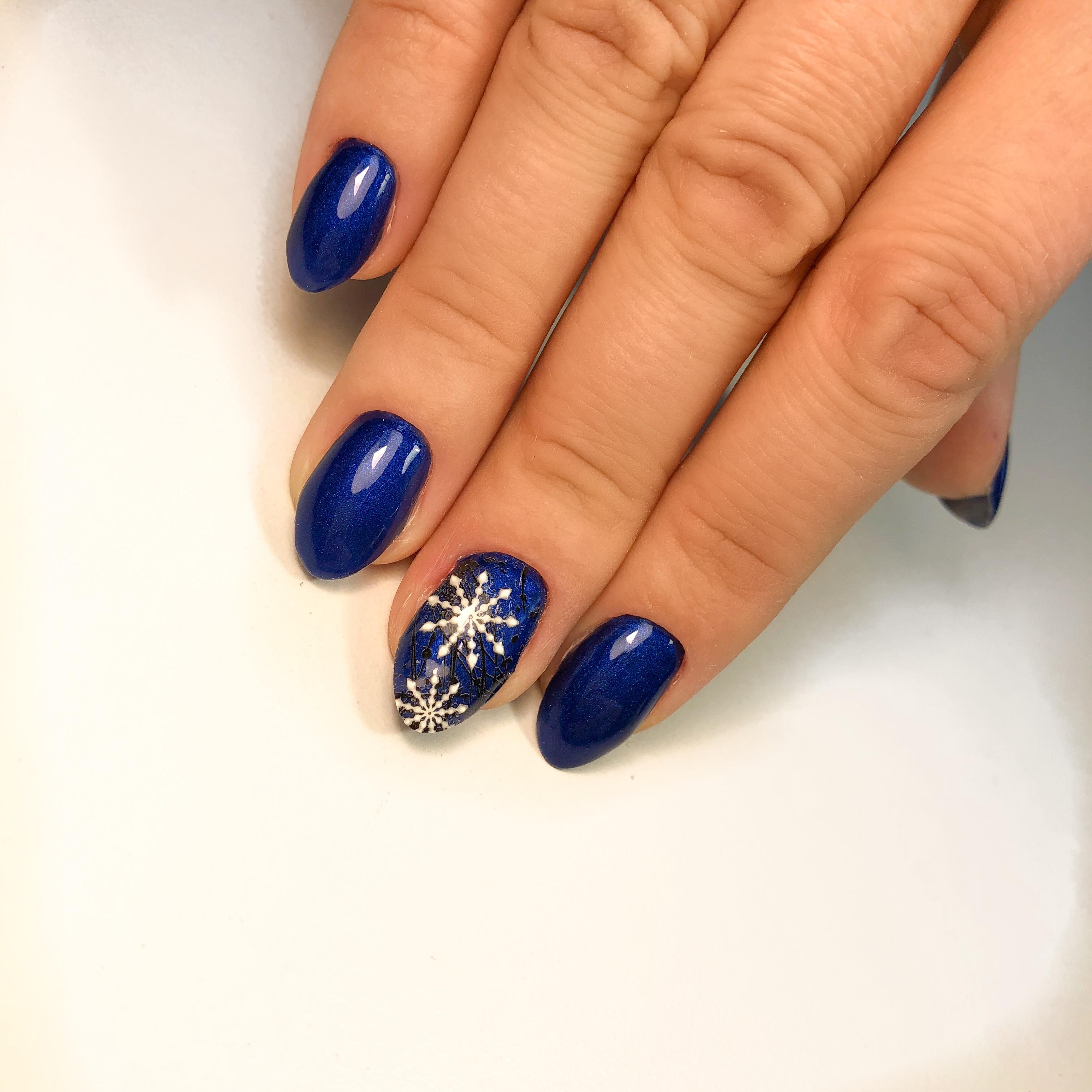 """Новогодний глянцевый маникюр в тёмно-синем цвете со слайдером """"снежинка""""."""