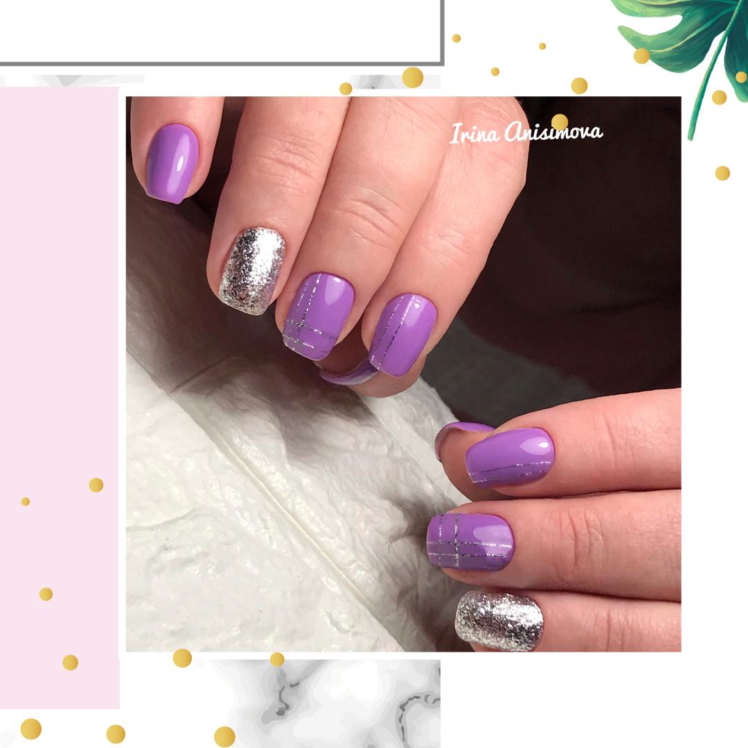 Маникюр с серебряными блестками в фиолетовом цвете.
