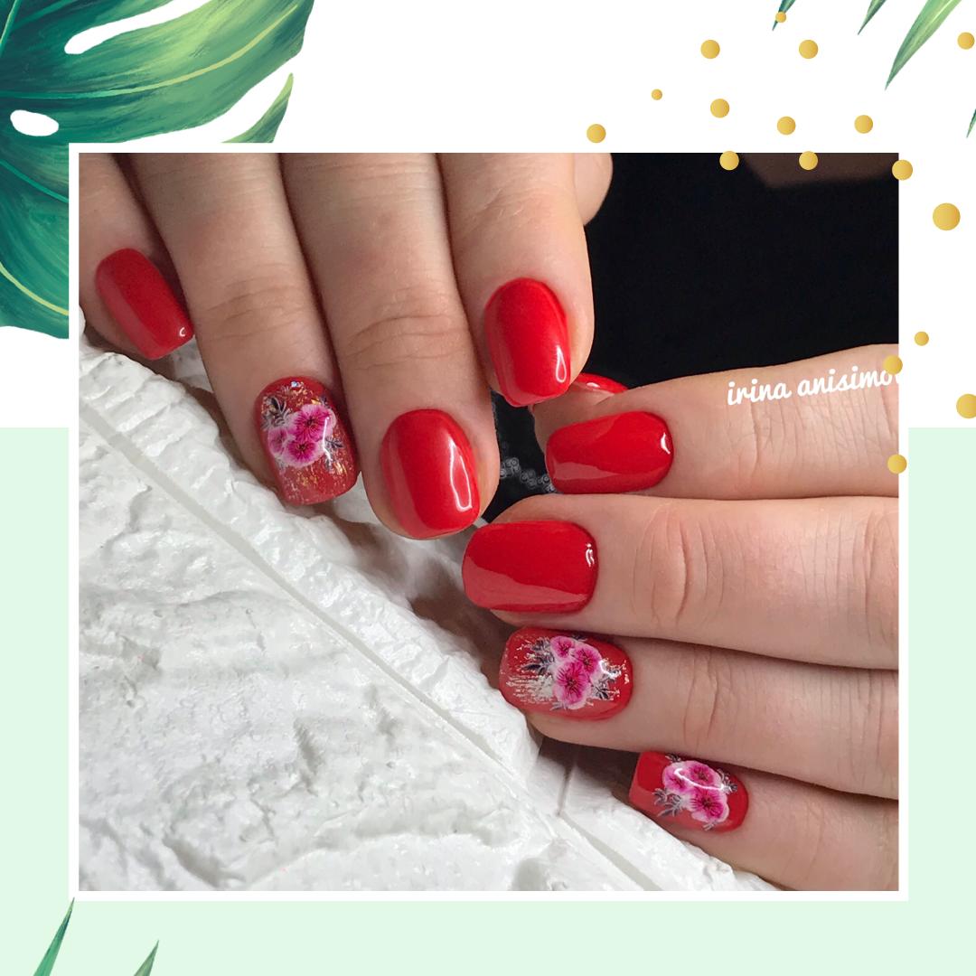 Маникюр с цветочными слайдерами в красном цвете.