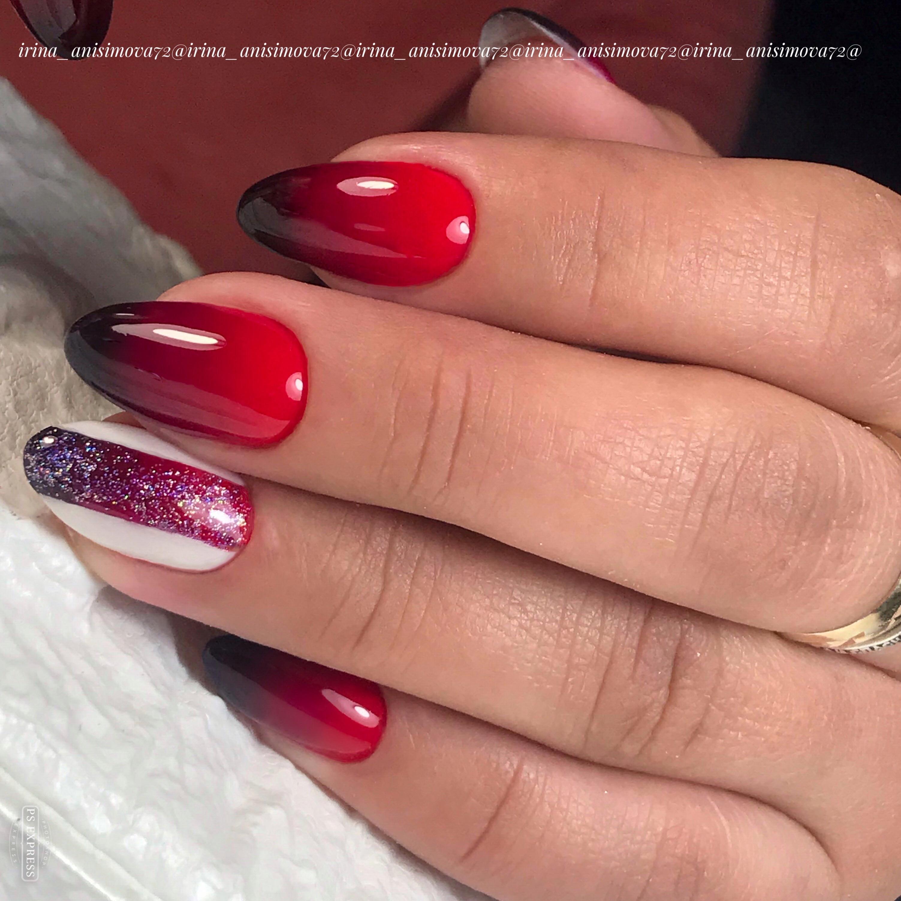 Маникюр с градиентом и блестками в бордовом цвете на длинные ногти.