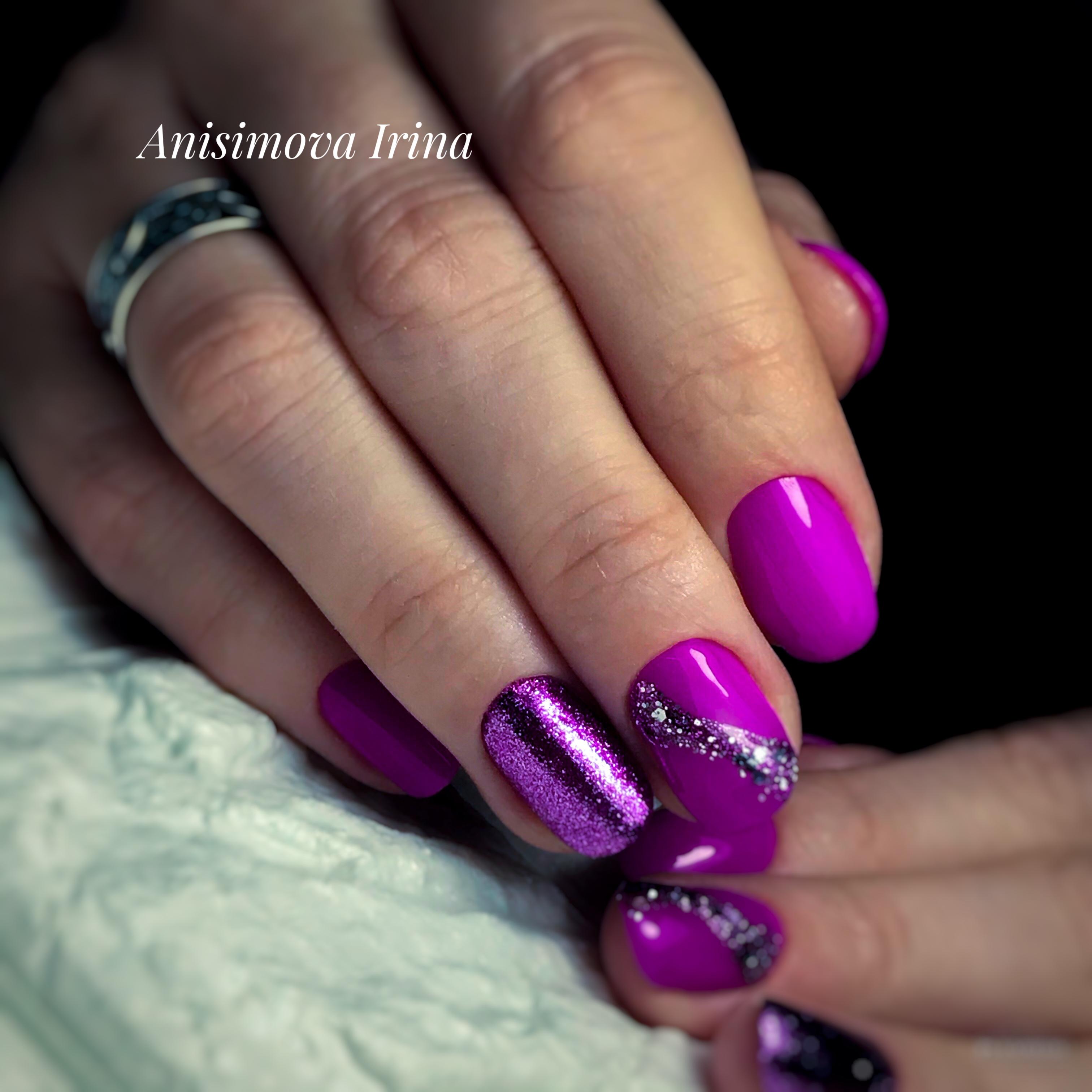 Маникюр с блестками в фиолетовом цвете.