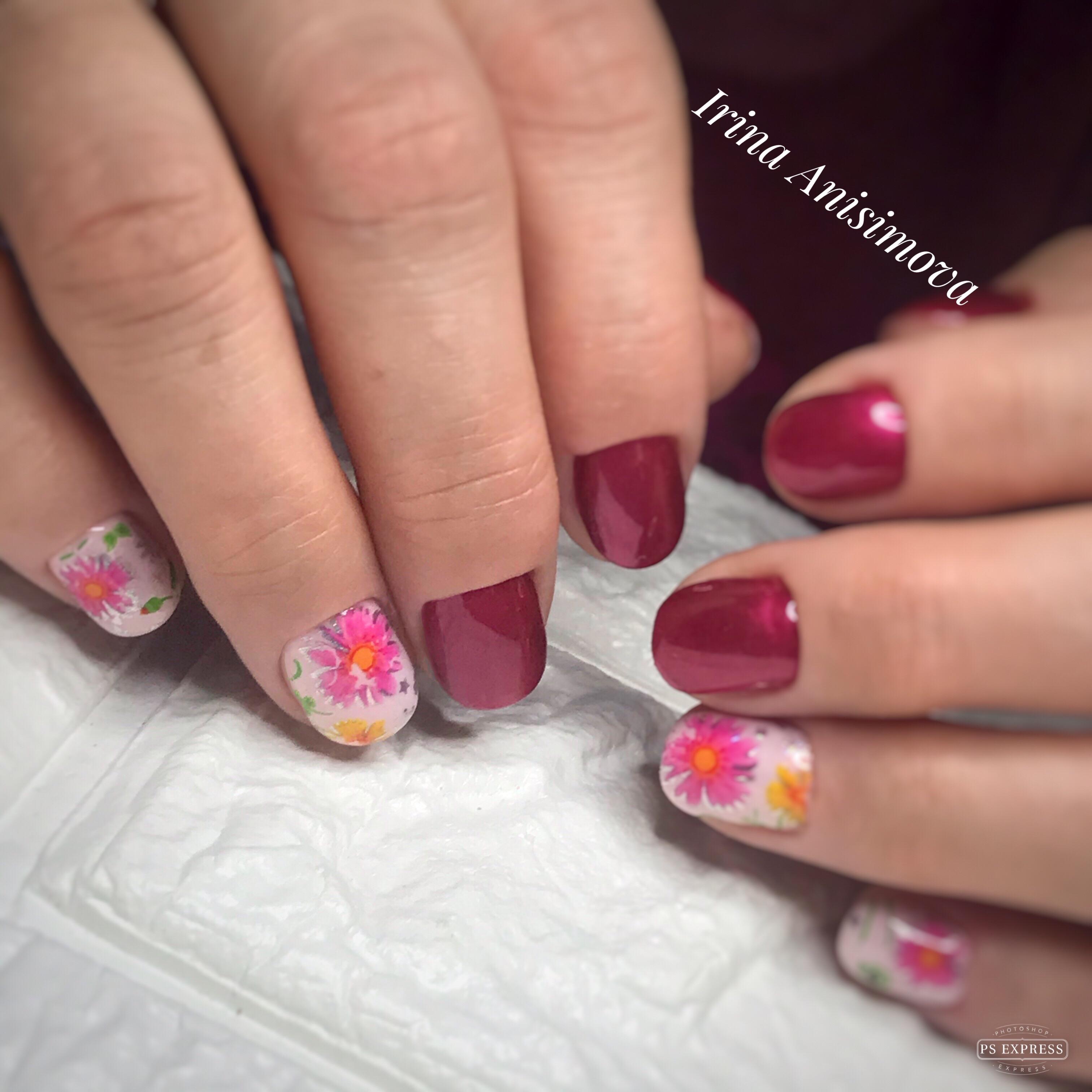 Маникюр с цветочным рисунком в темно-красном цвете.