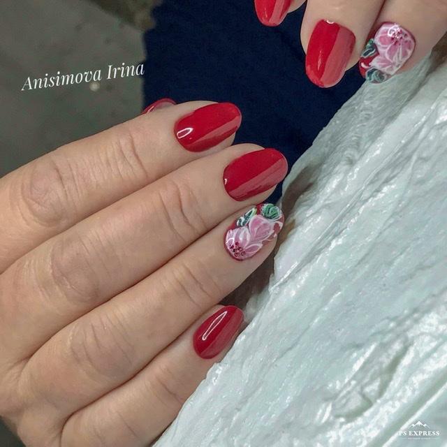 Маникюр с цветочным рисунком в бордовом цвете.