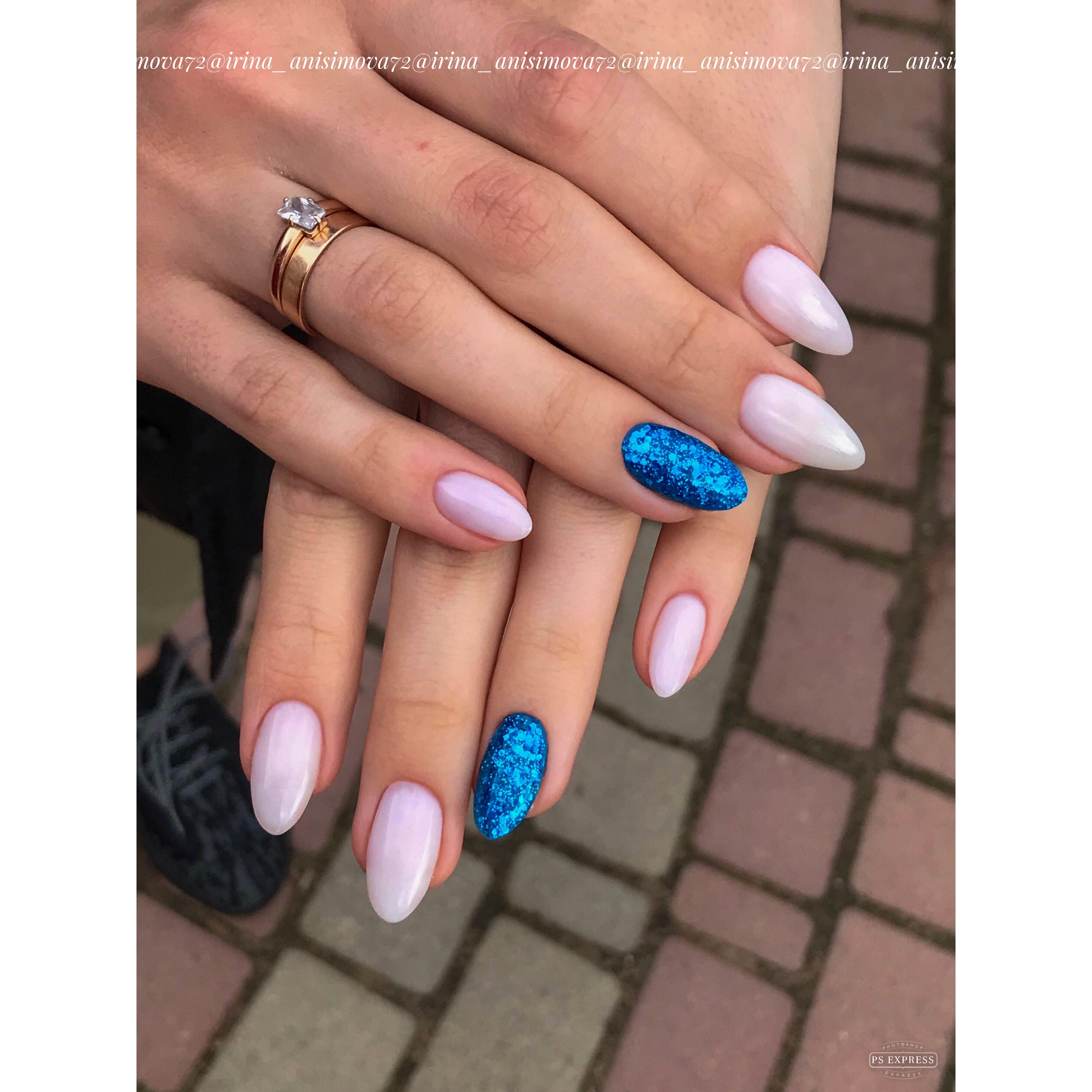 Маникюр с синими блестками в молочном цвете на длинные ногти.