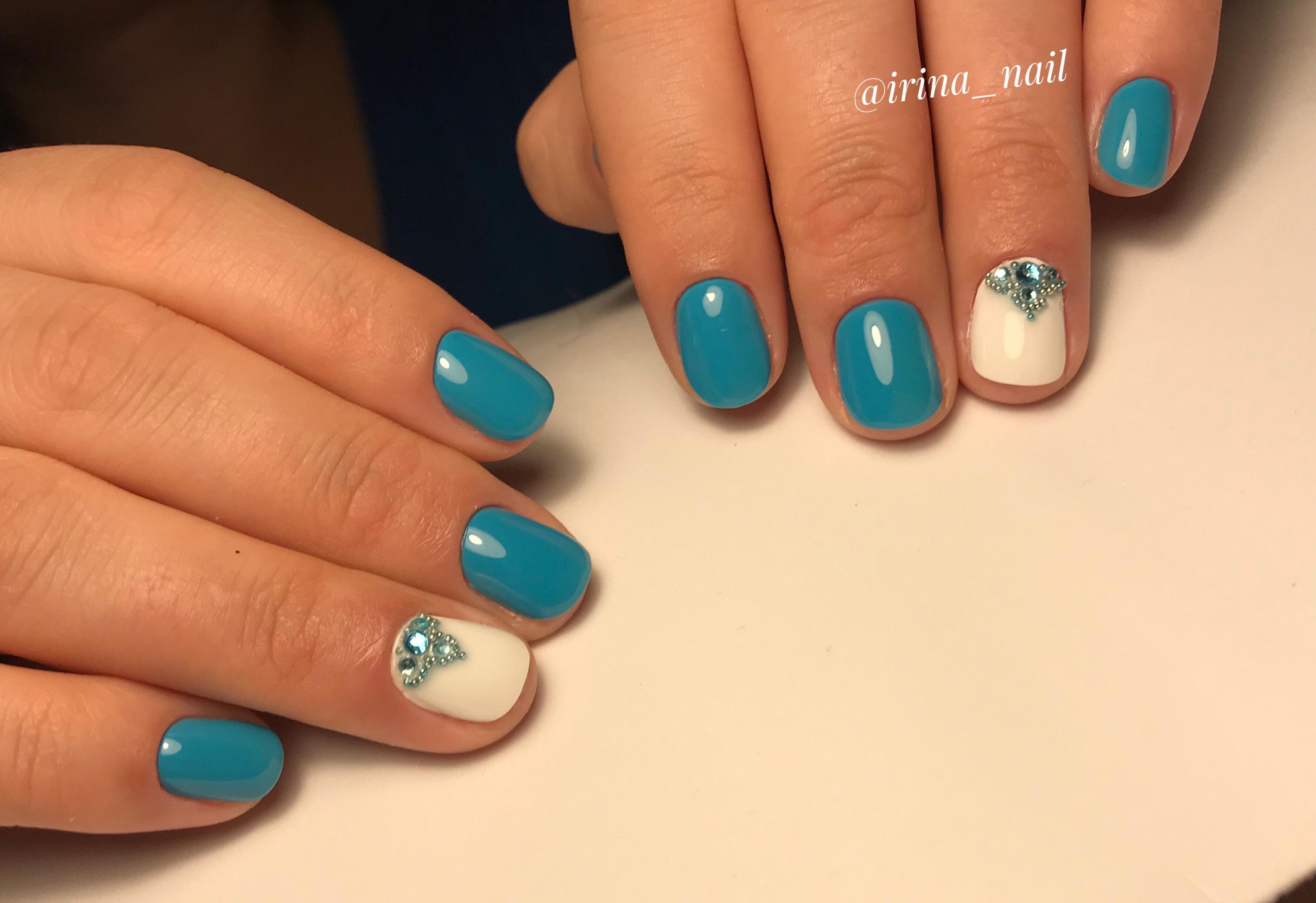 Маникюр со стразами в голубом цвете.