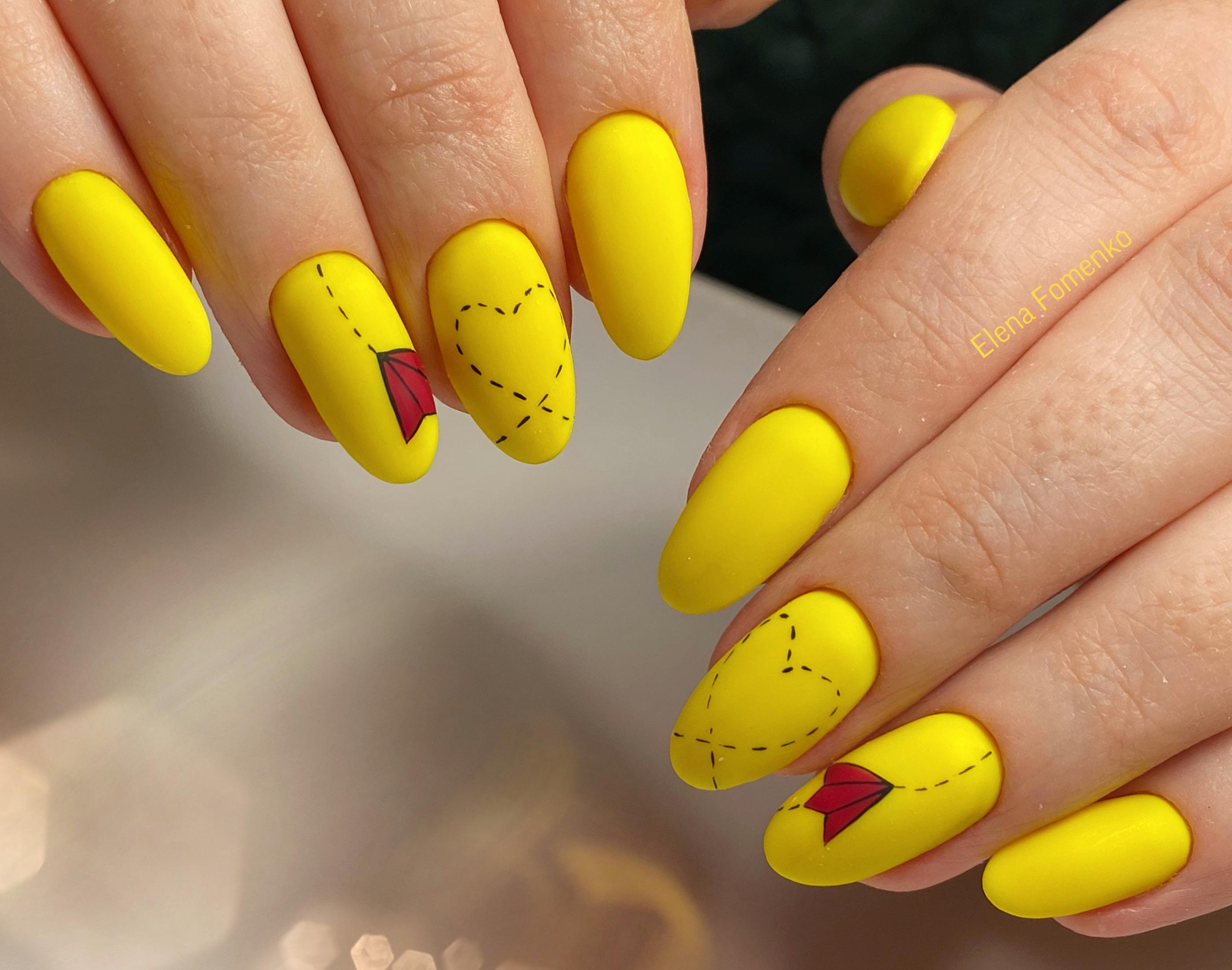Матовый маникюр с рисунком в желтом цвете.