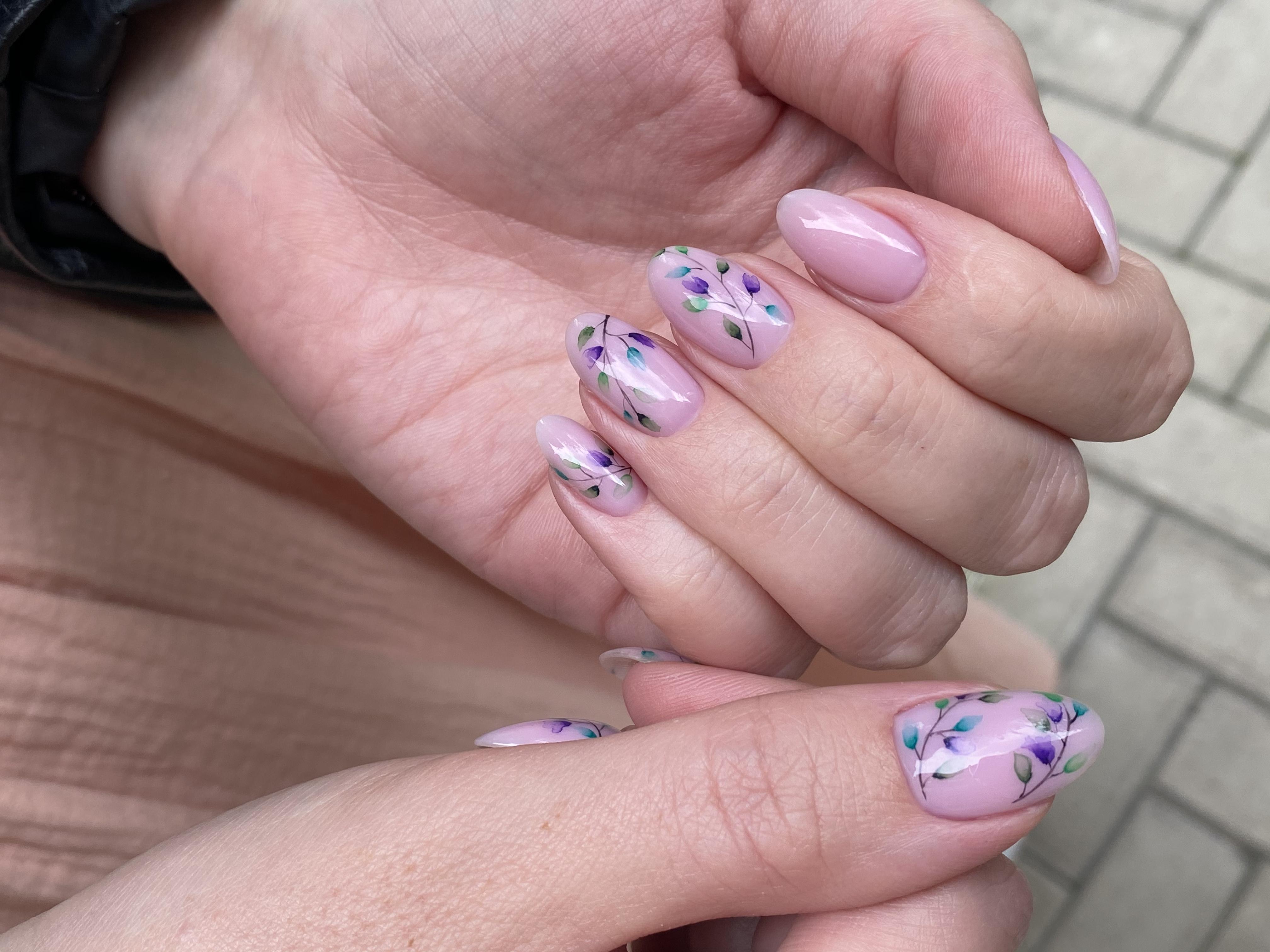 Нюдовый маникюр с растительным слайдерами на короткие ногти.