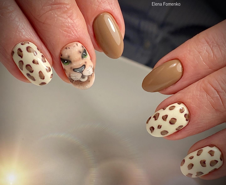 Маникюр с леопардовым принтом и рисунком в коричневом цвете.