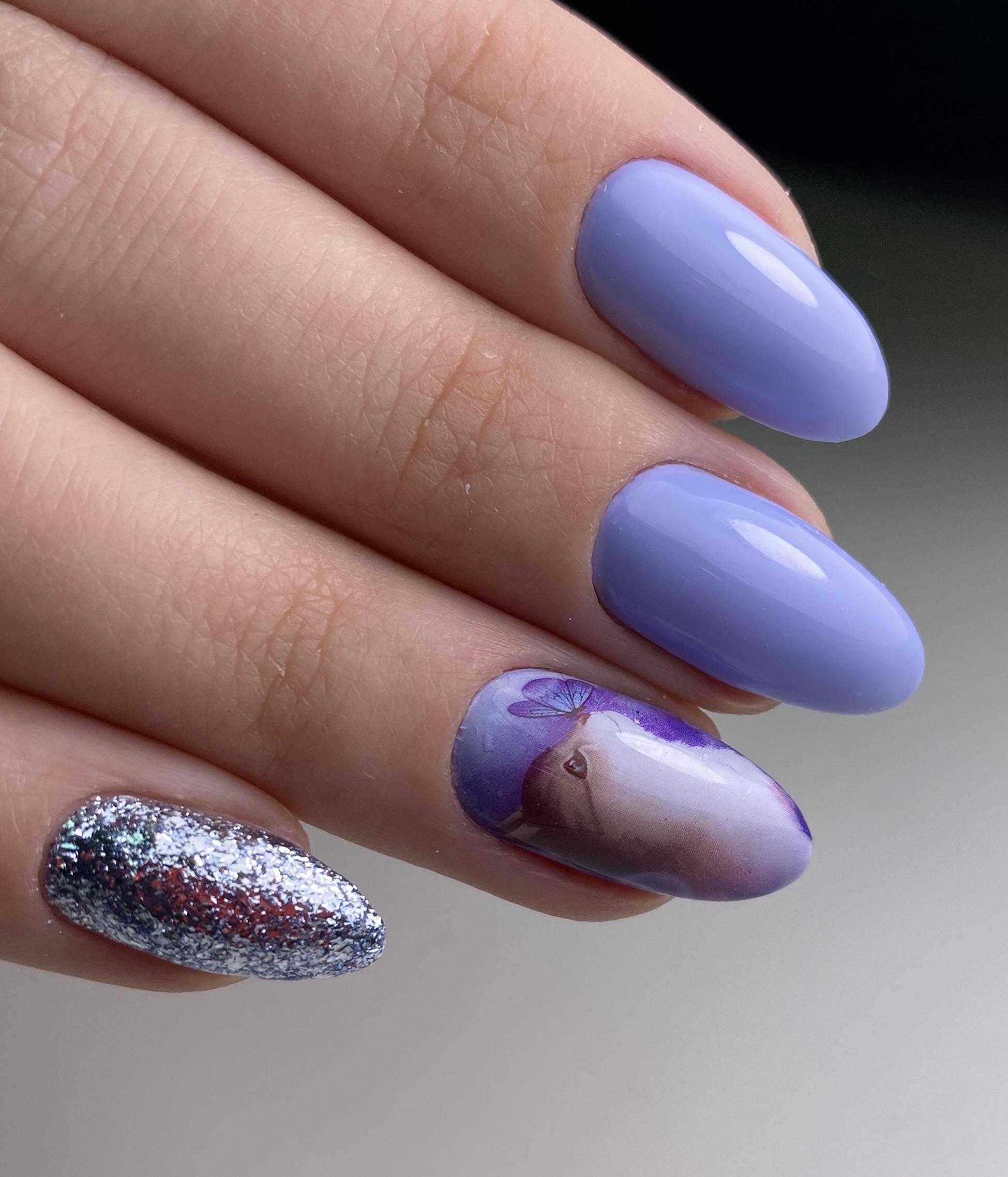 Маникюр с котиком и серебряными блестками в голубом цвете.