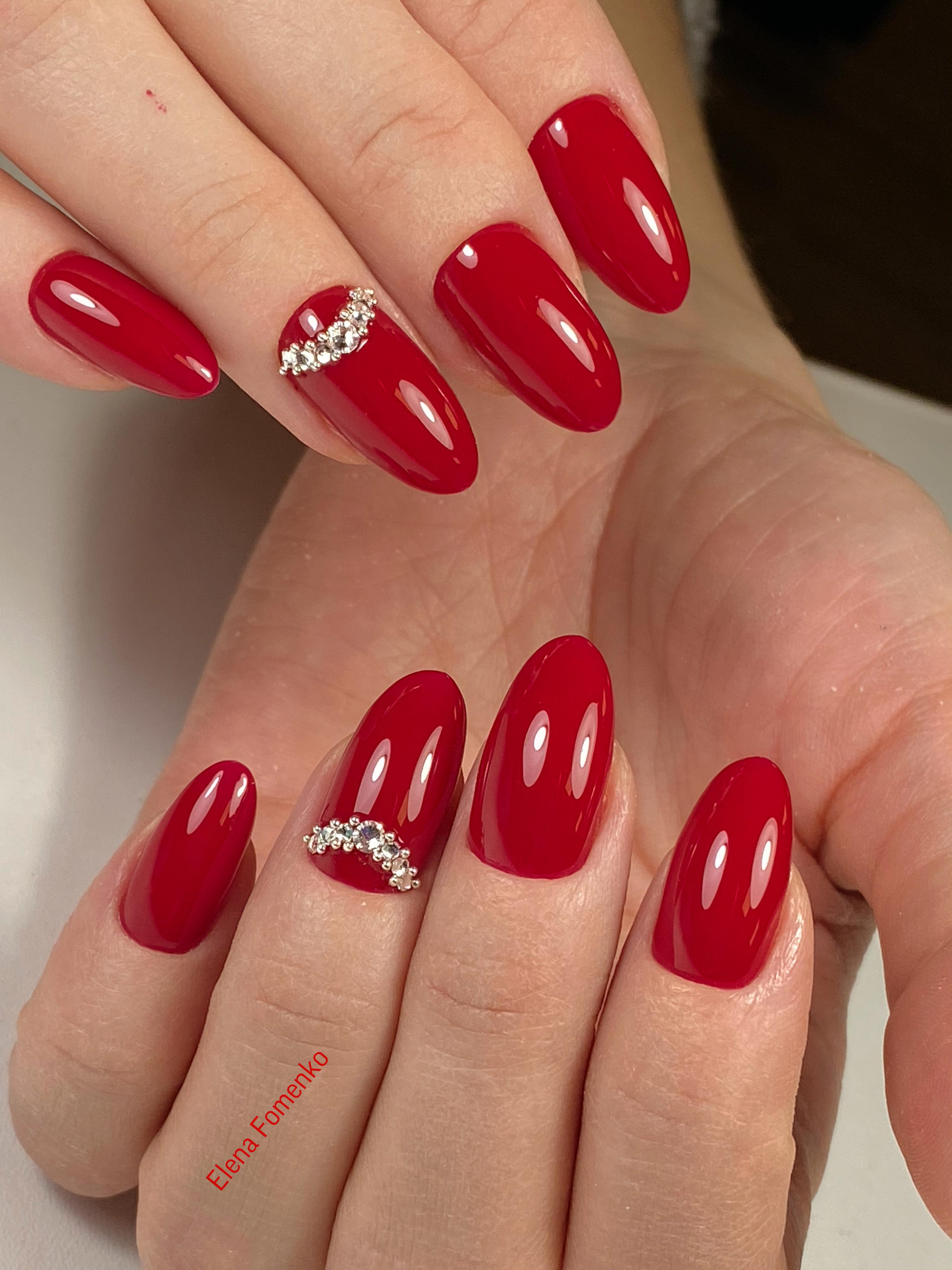 Маникюр со стразами в бордовом цвете на длинные ногти.