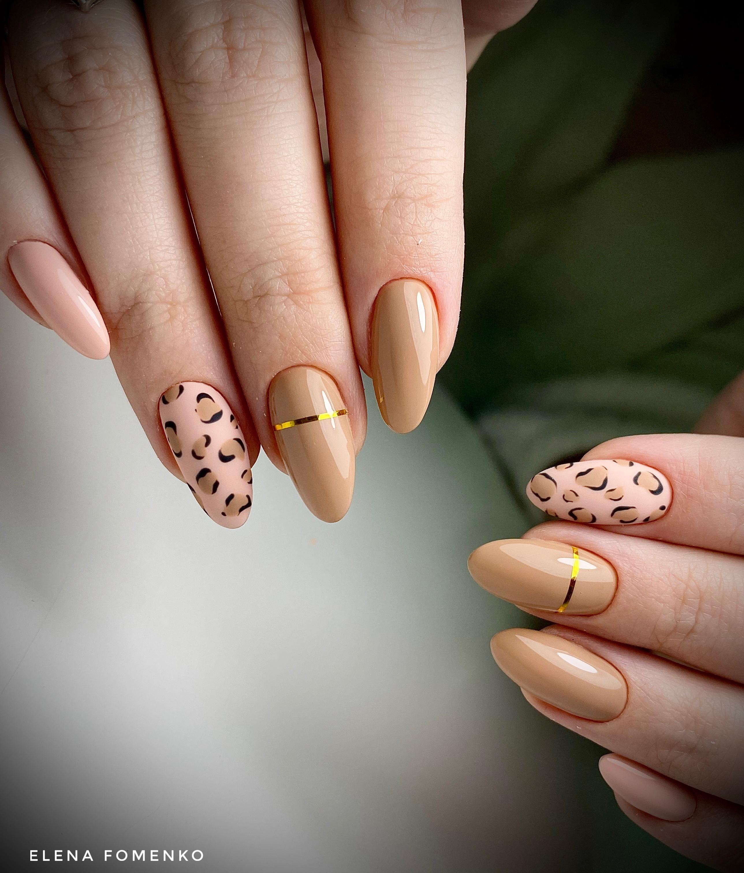 Маникюр с леопардовым принтом и золотыми полосками в бежевом цвете.