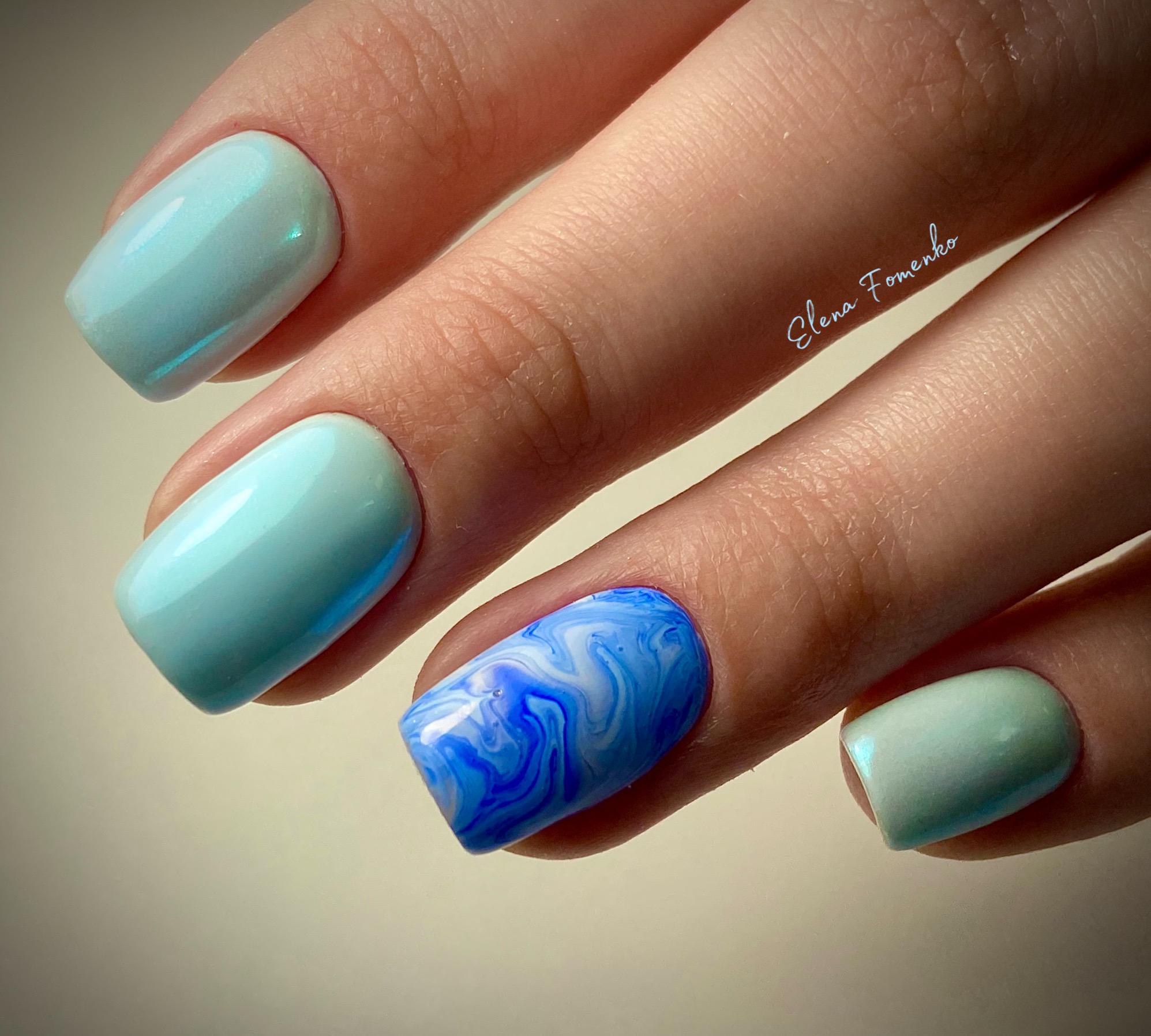 Маникюр с морским дизайном и втиркой в голубом цвете.