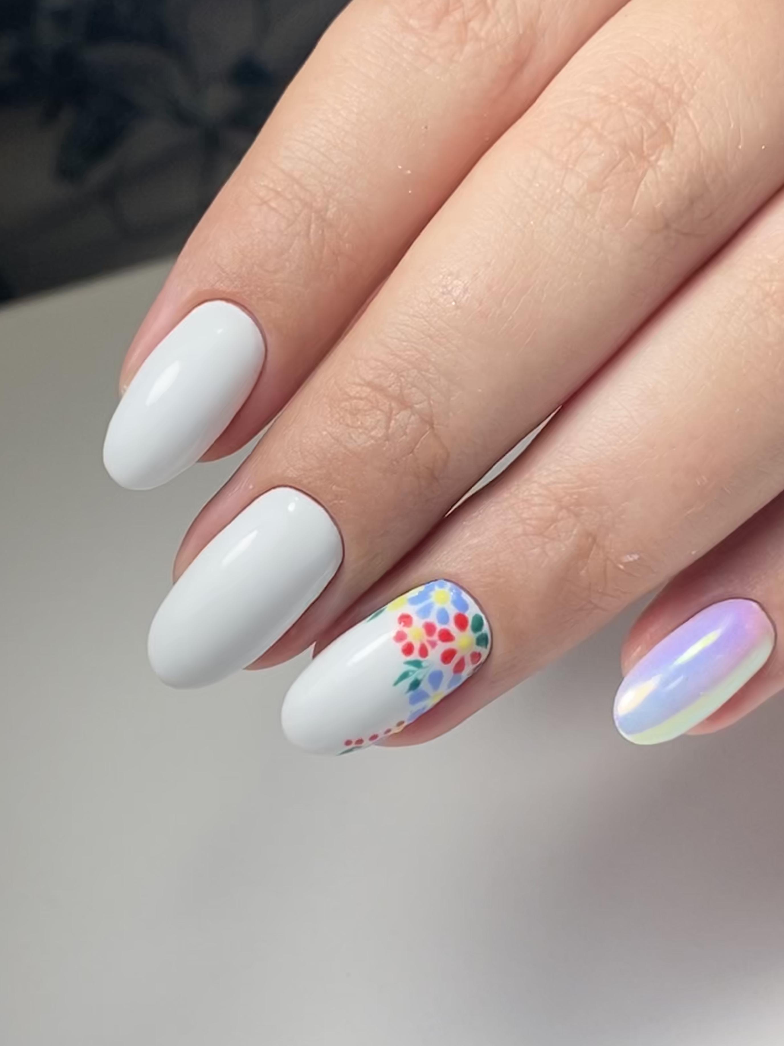 Маникюр с цветочным рисунком и втиркой в белом цвете на короткие ногти.