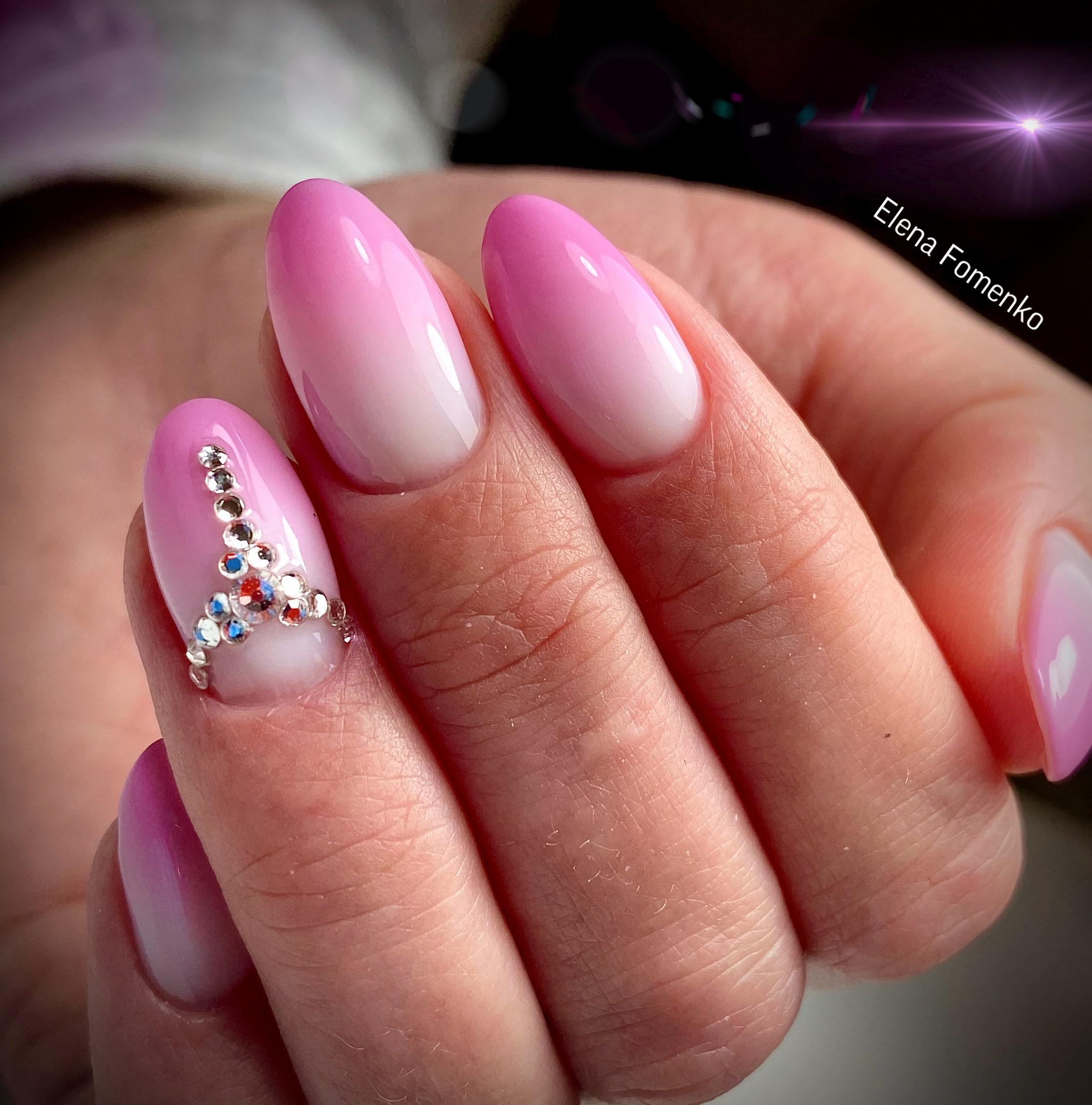 Маникюр с градиентом и стразами в розовом цвете на длинные ногти.