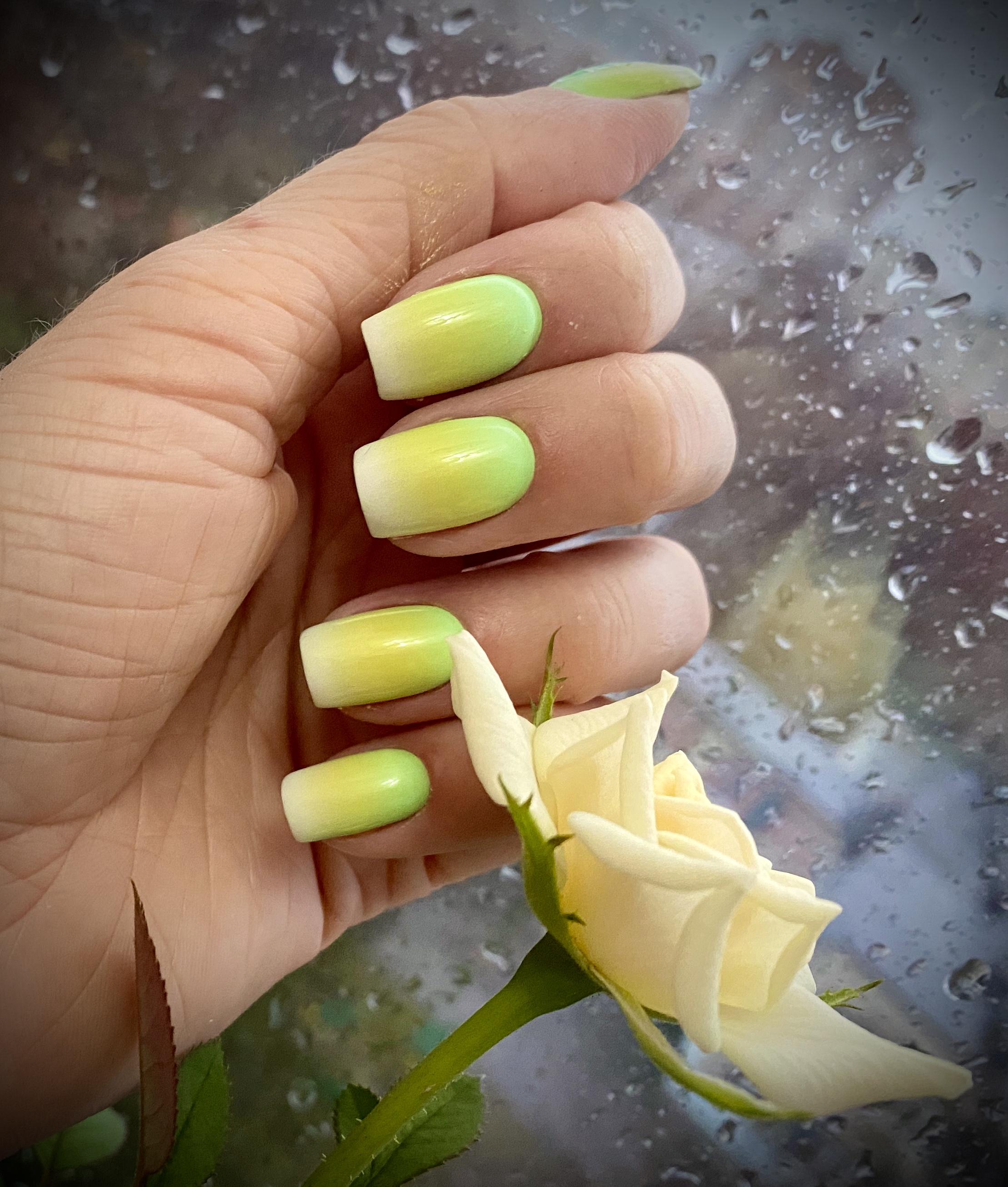 Маникюр с градиентом  в салатовом цвете.