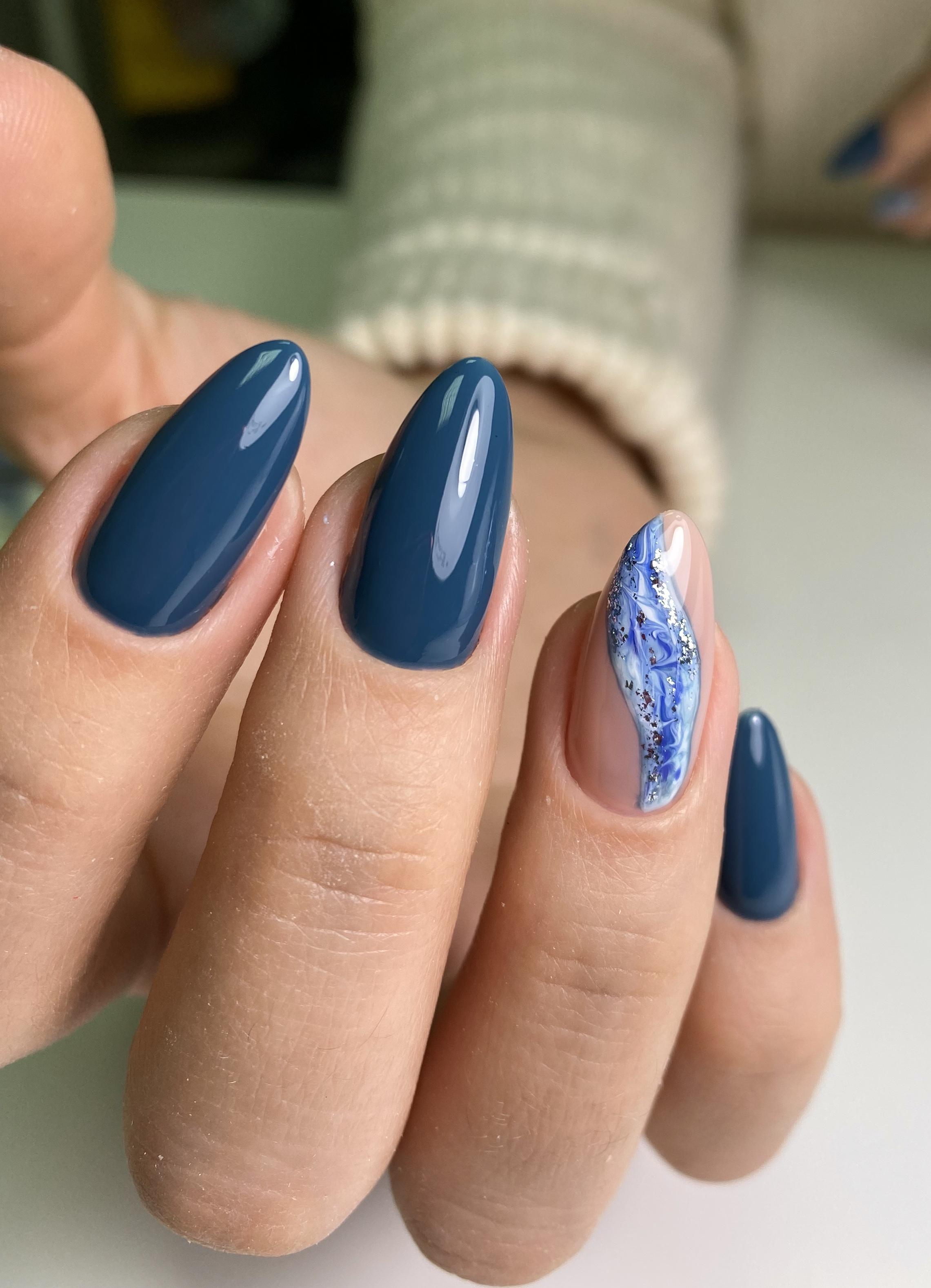Маникюр с морским дизайном в синем цвете.