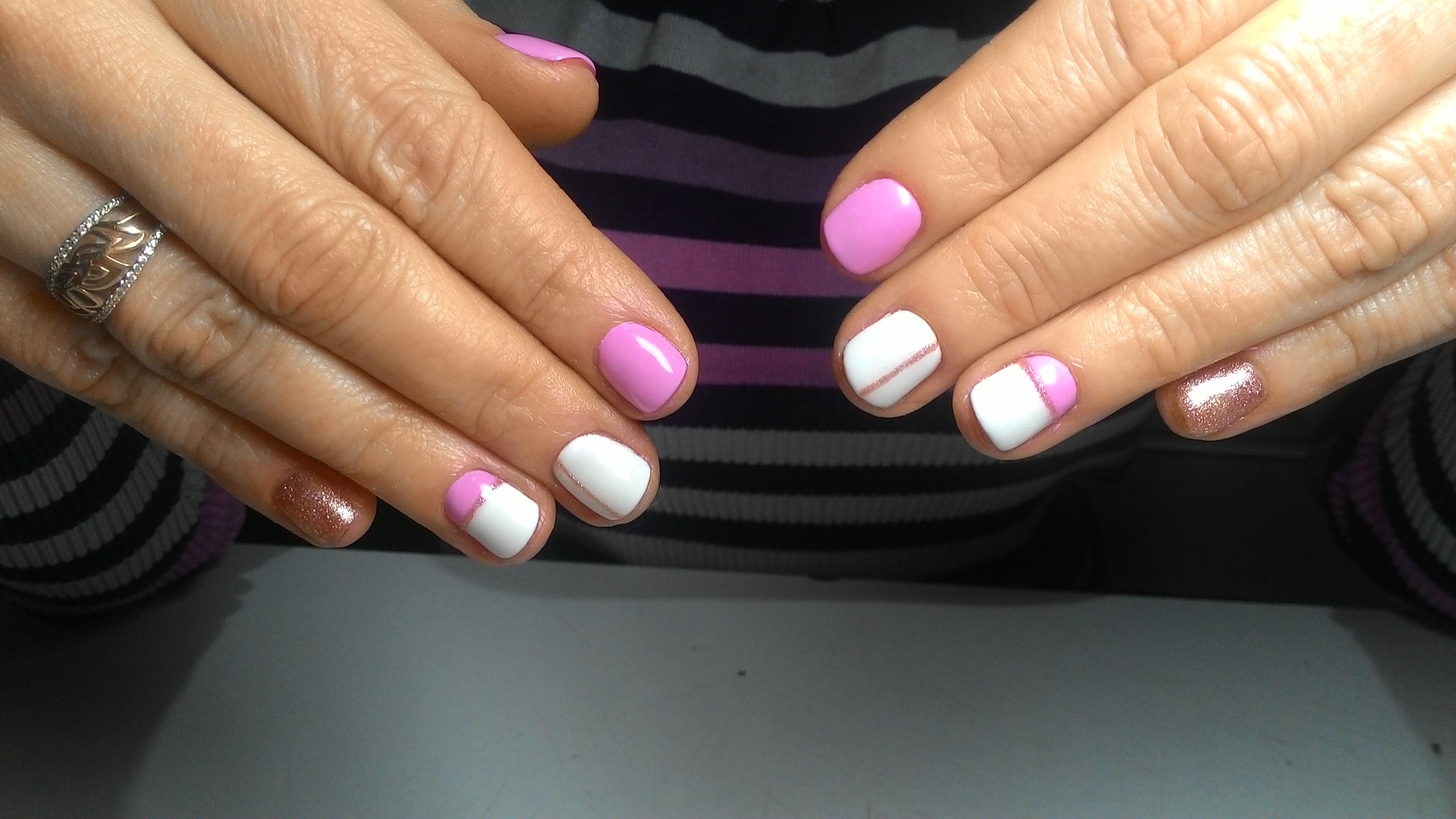 Геометрический маникюр с блестками в розовом цвете.