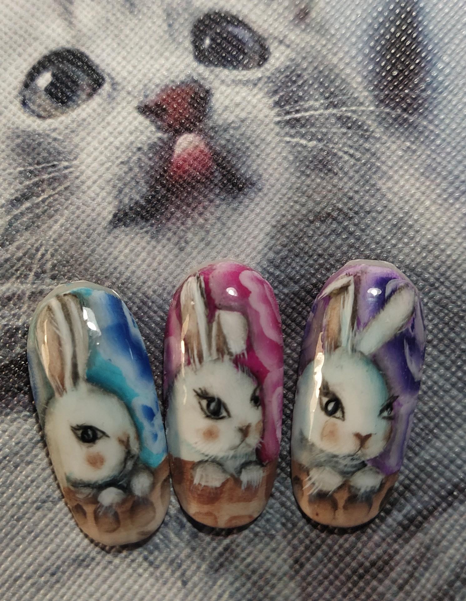 Цветной маникюр с зайчиками.