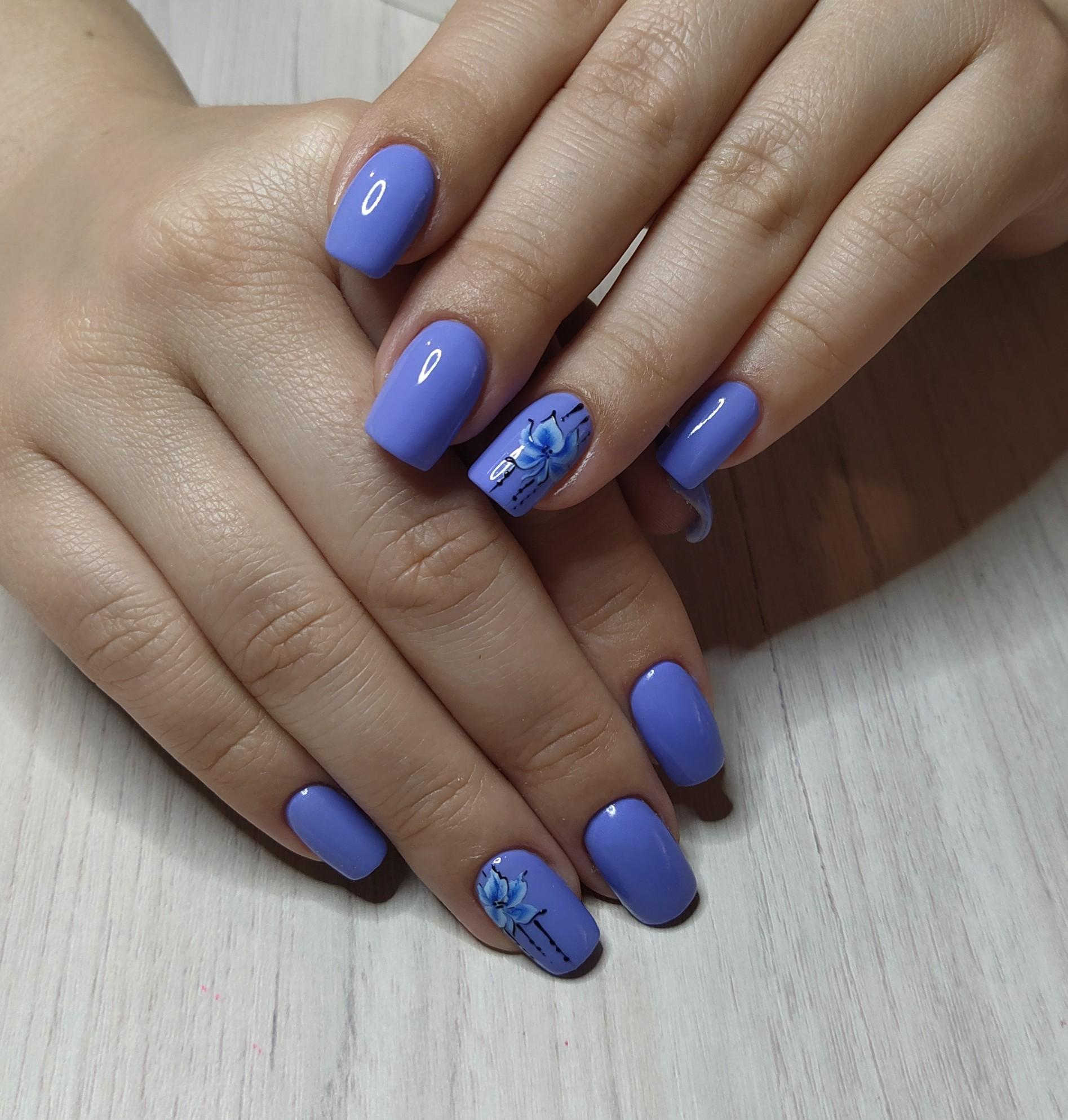 Маникюр с цветочным рисунком в синем цвете на короткие ногти.