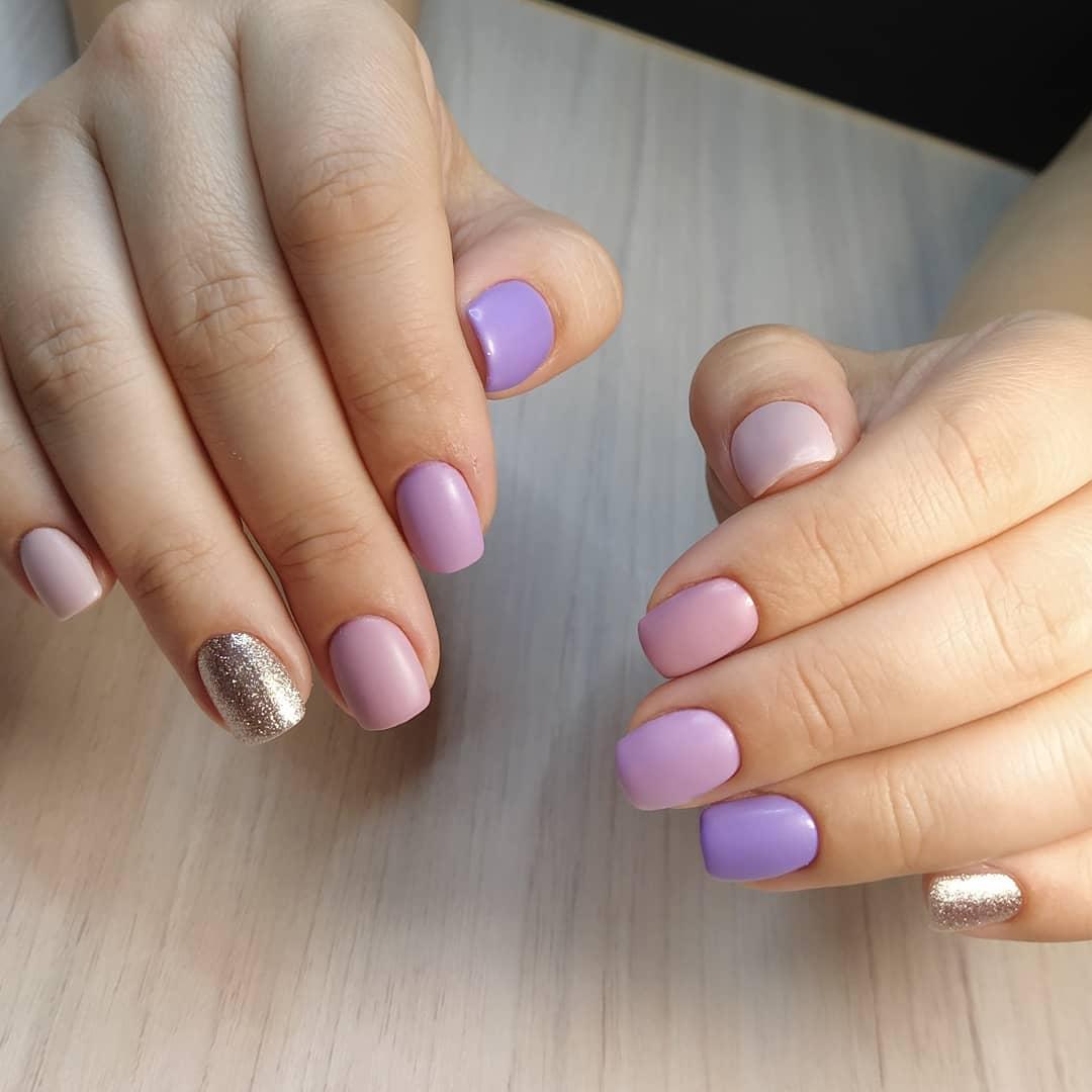 Маникюр с серебряными блестками в розовом цвете на короткие ногти.