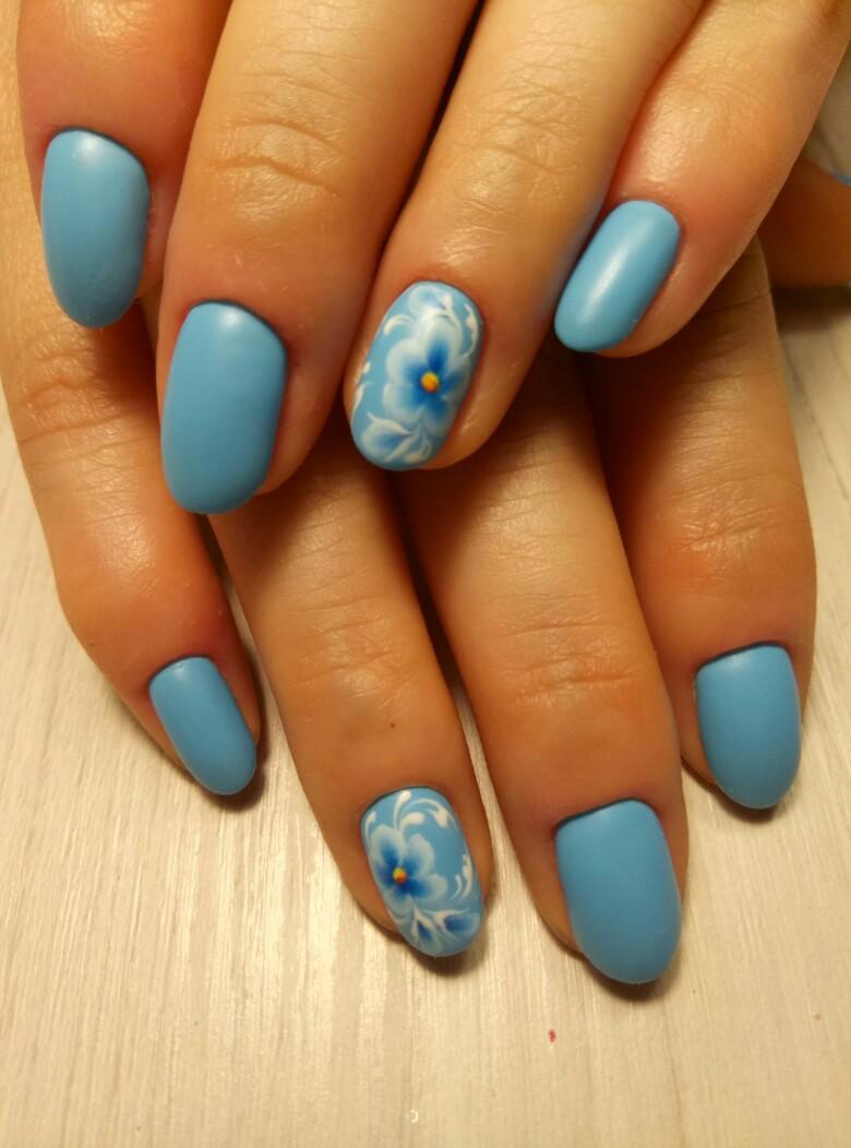 Матовый маникюр с цветочным рисунком в голубом цвете на короткие ногти.