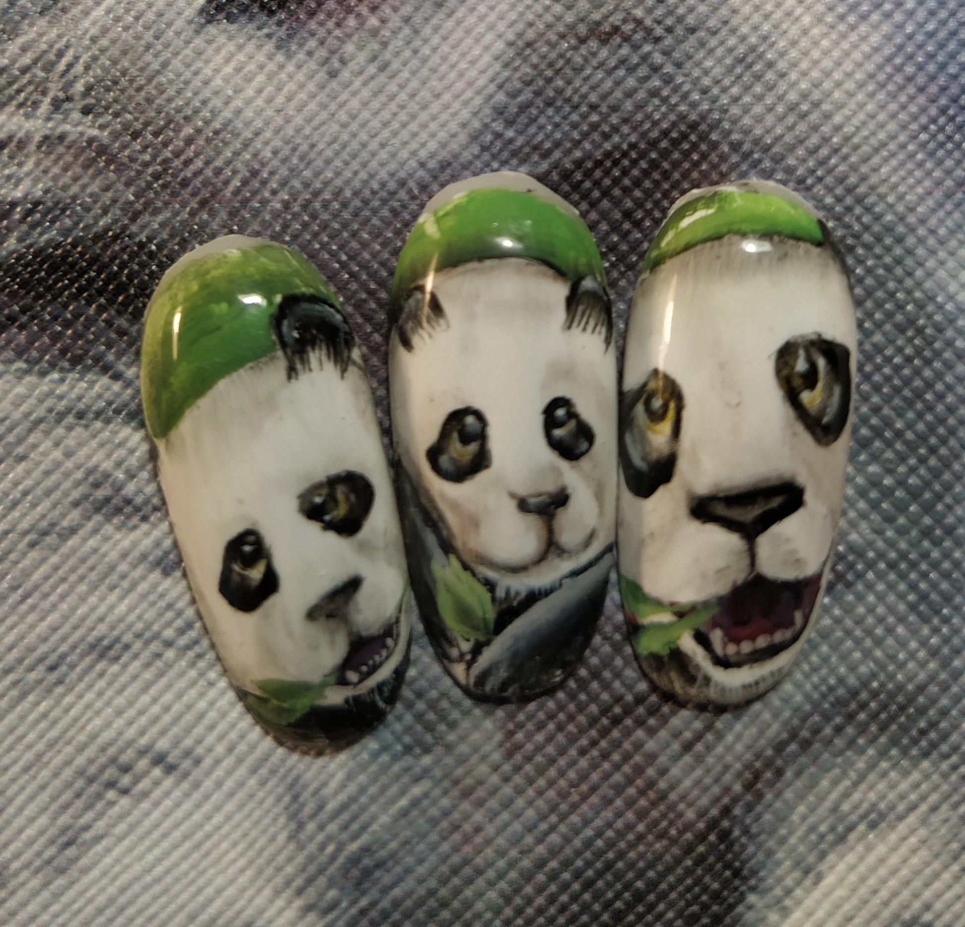 Цветной маникюр с пандами.