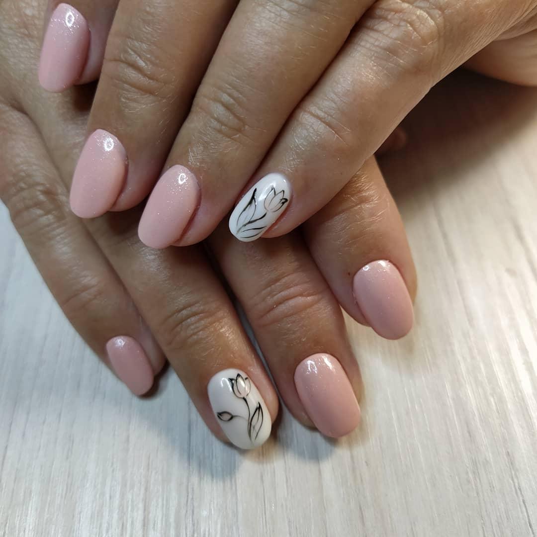 Маникюр с цветочным рисунком в розовом цвете на короткие ногти.