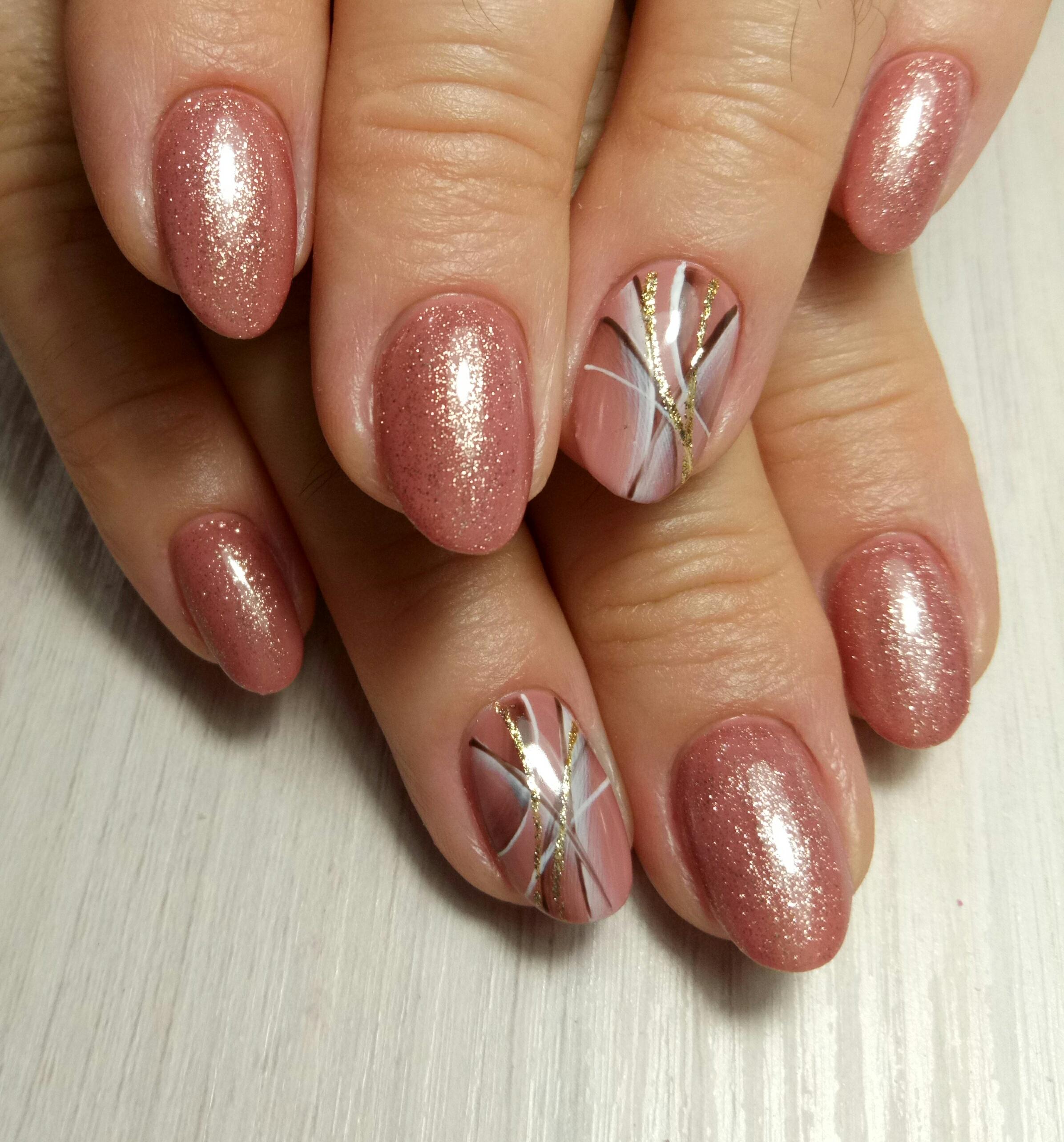 Маникюр с рисунком и блестками в розовом цвете.