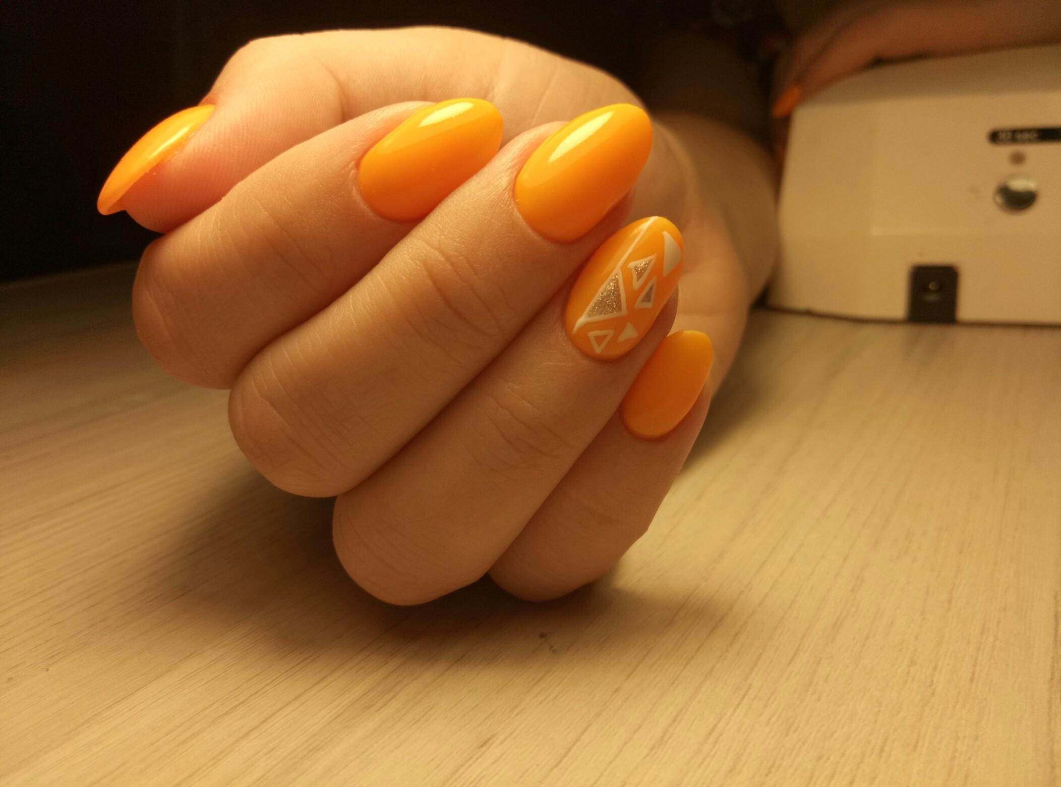 Геометрический маникюр в оранжевом цвете.