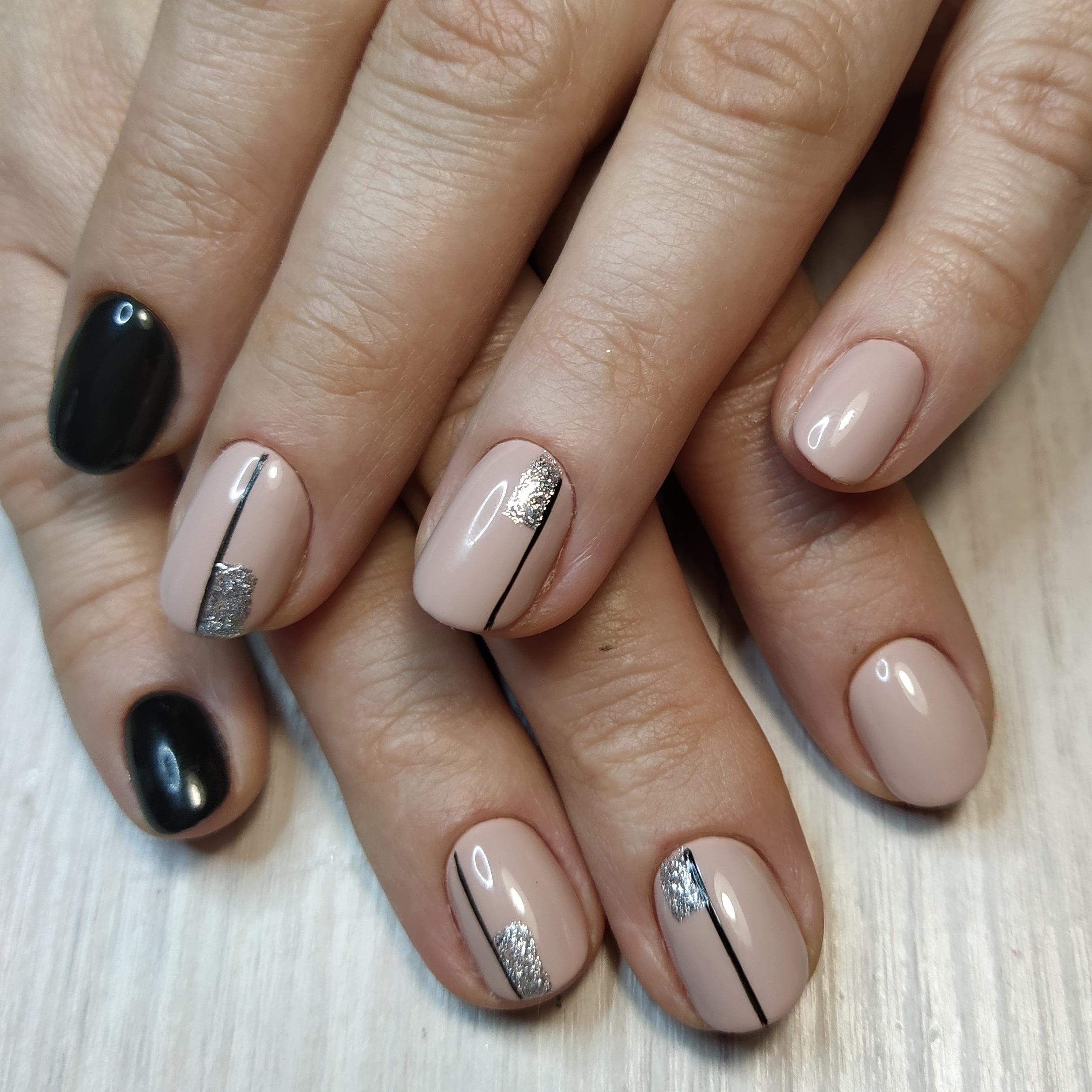 Геометрический маникюр с серебряными блестками в бежевом цветен а короткие ногти.