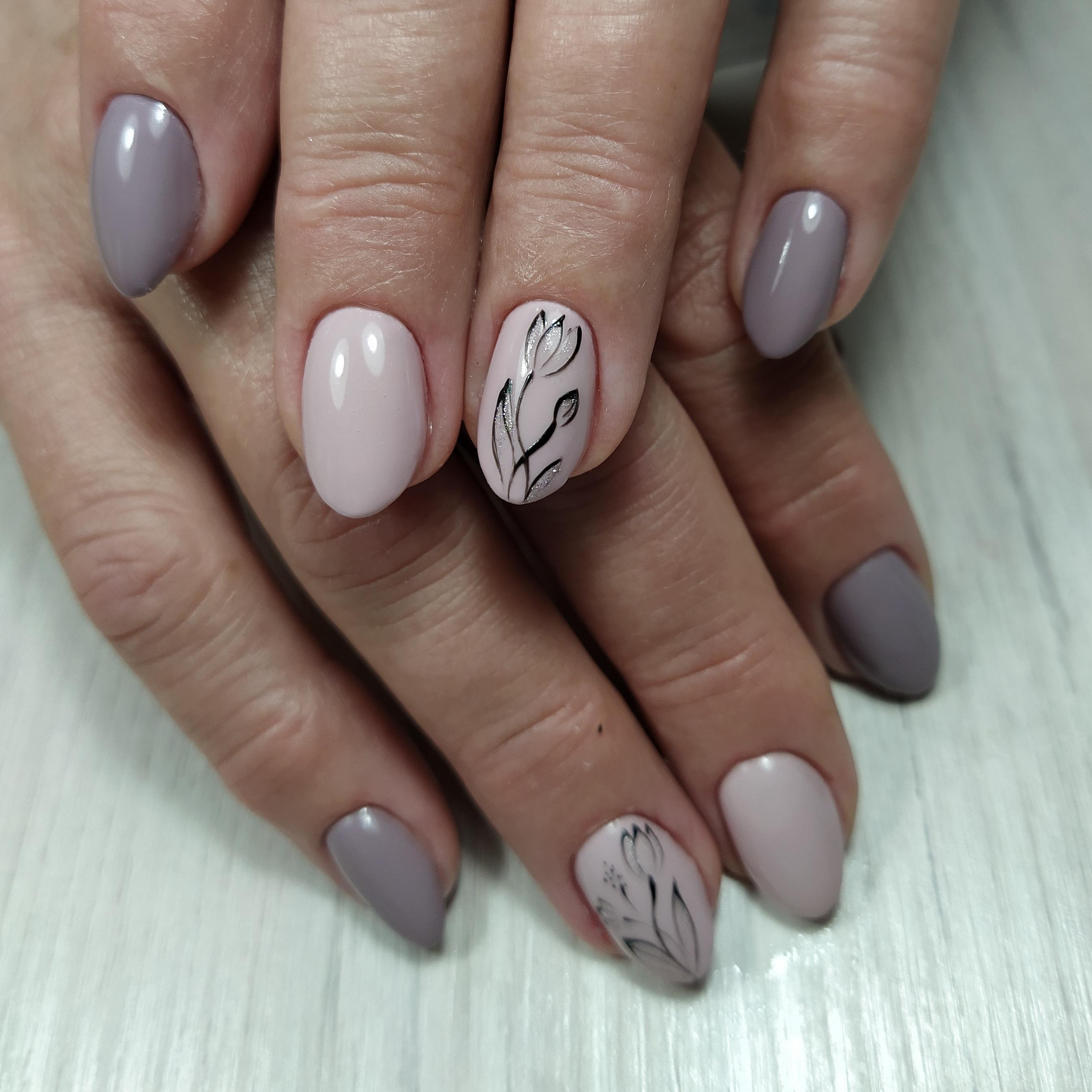 Маникюр с цветочным рисунком в пастельных тонах на короткие ногти.