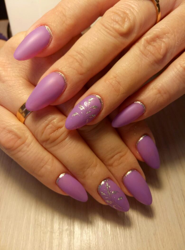 Матовый лунный маникюр с серебряными блестками в фиолетовом цвете.