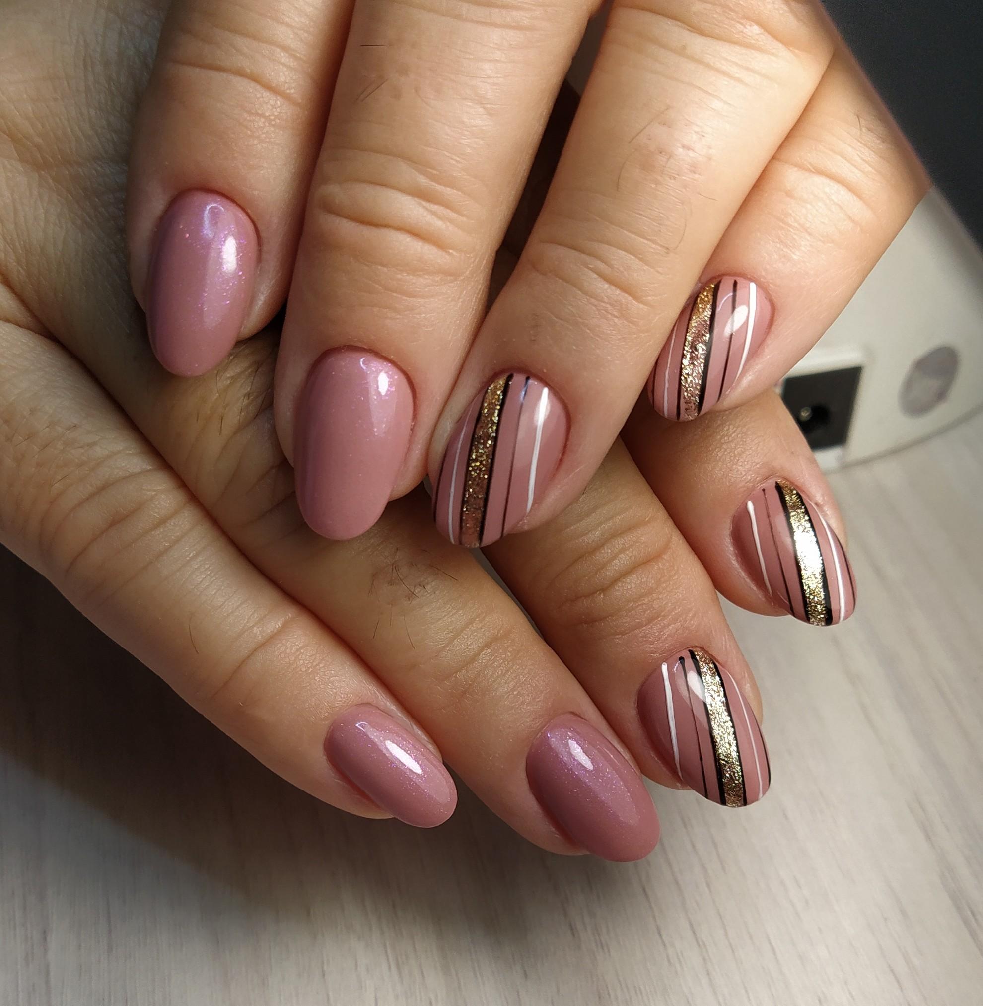 Маникюр с полосками и золотыми блестками в пастельных тонах на короткие ногти.