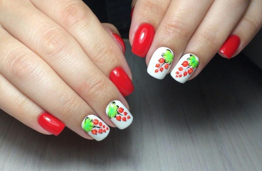 Маникюр с фруктовым рисунком в красном цвете.
