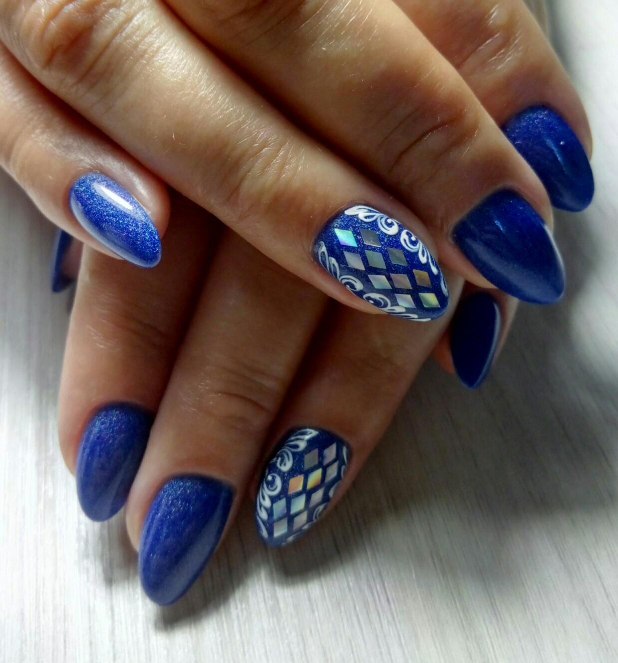 Маникюр с дизайном битое стекло в синем цвете на короткие ногти.
