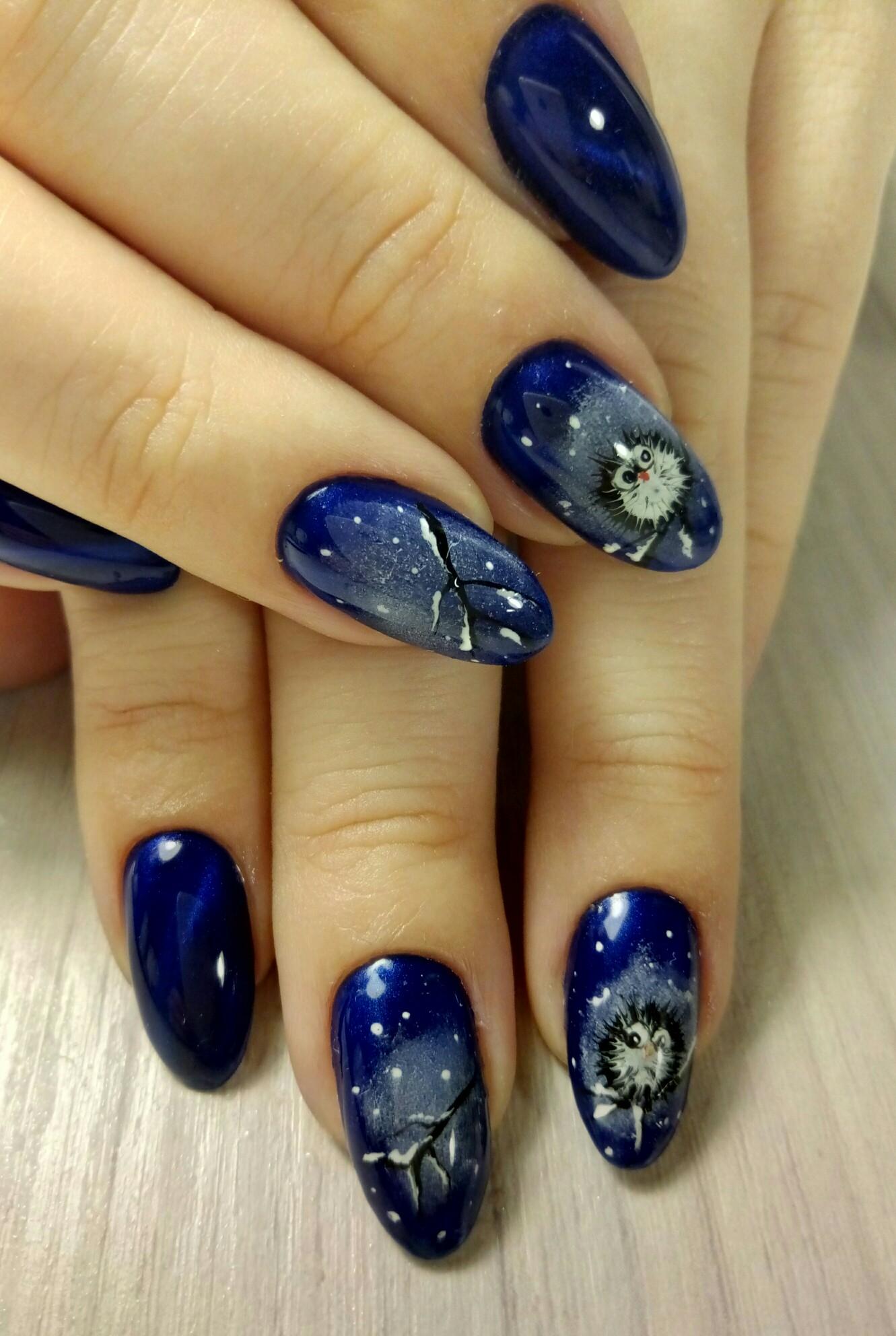 Зимний маникюр с рисунком в темно-синем цвете.
