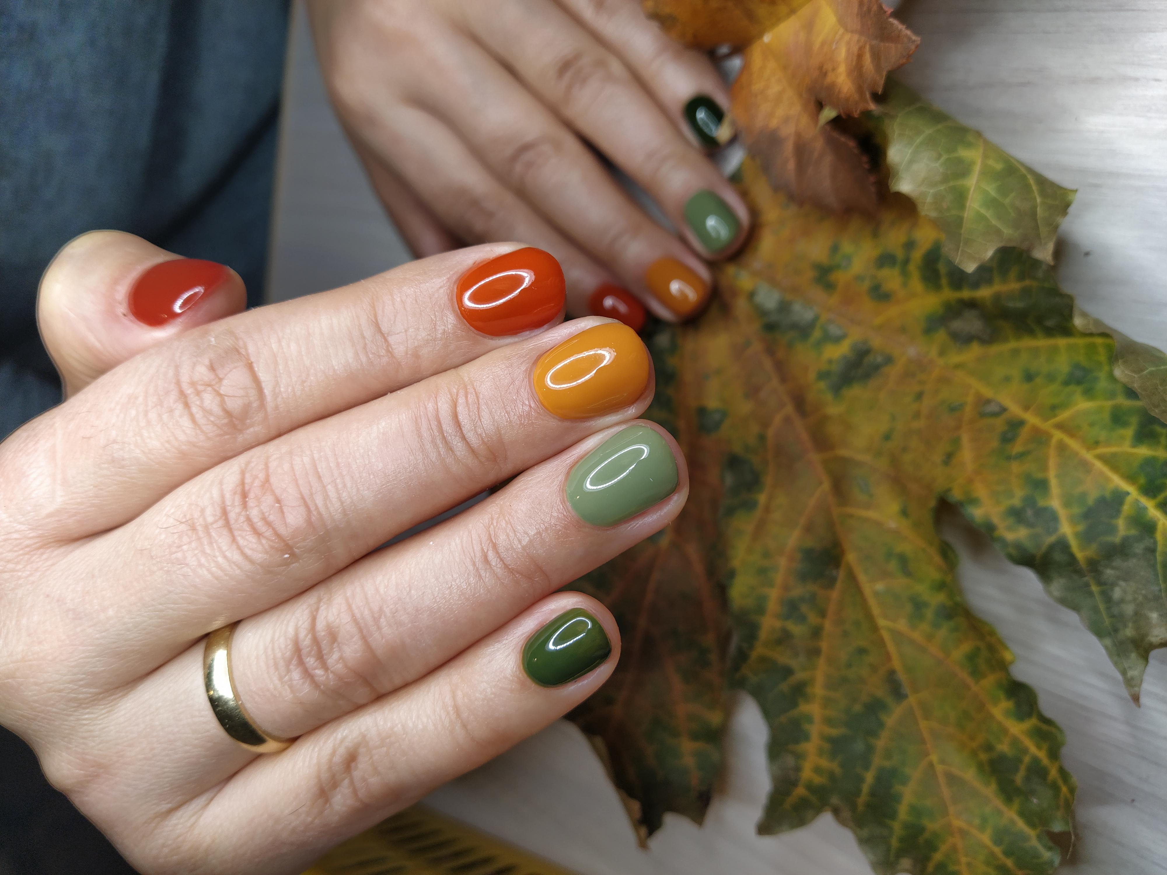 Осенний маникюр на короткие ногти.