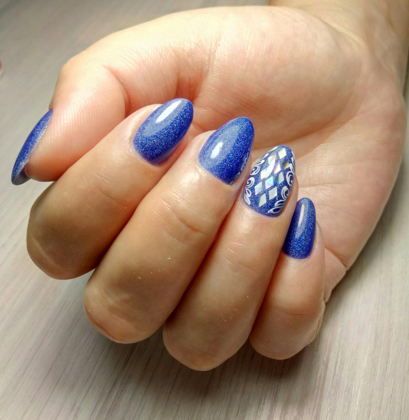 Маникюр с дизайном битое стекло и блестками в синем цвете.