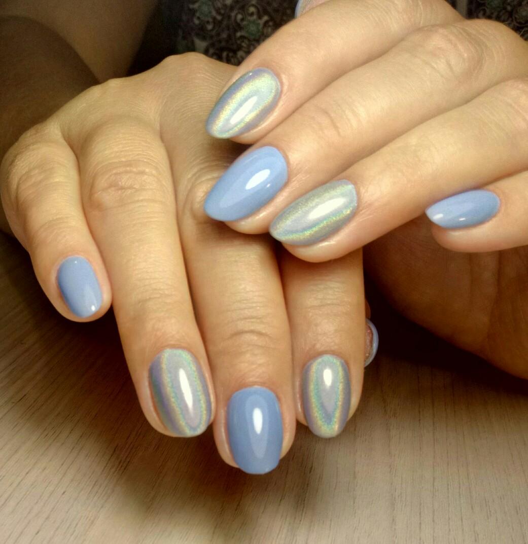Маникюр с серебряной втиркой в голубом цвете на короткие ногти.