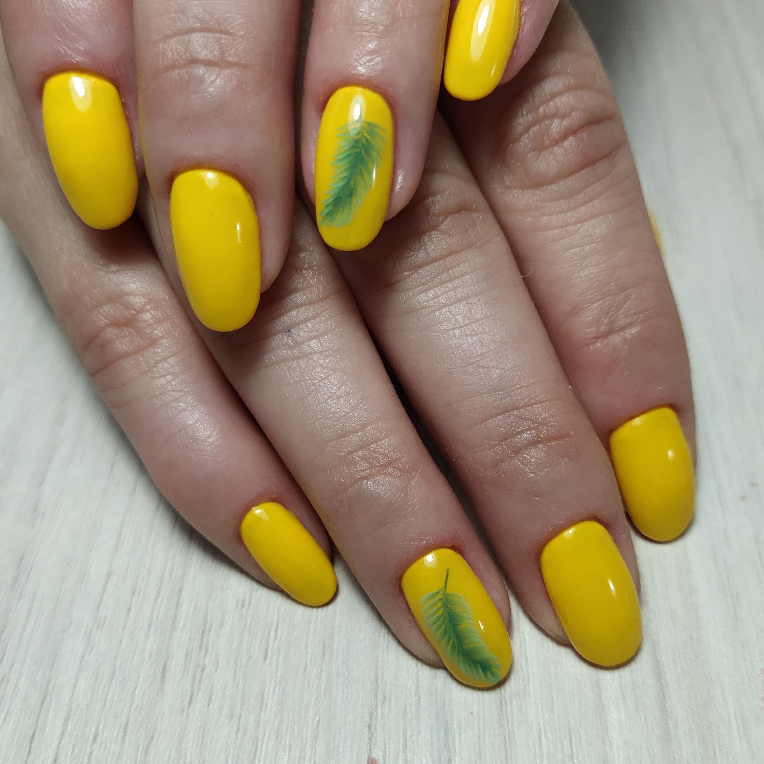 Маникюр с росписью в желтом цвете на короткие ногти.