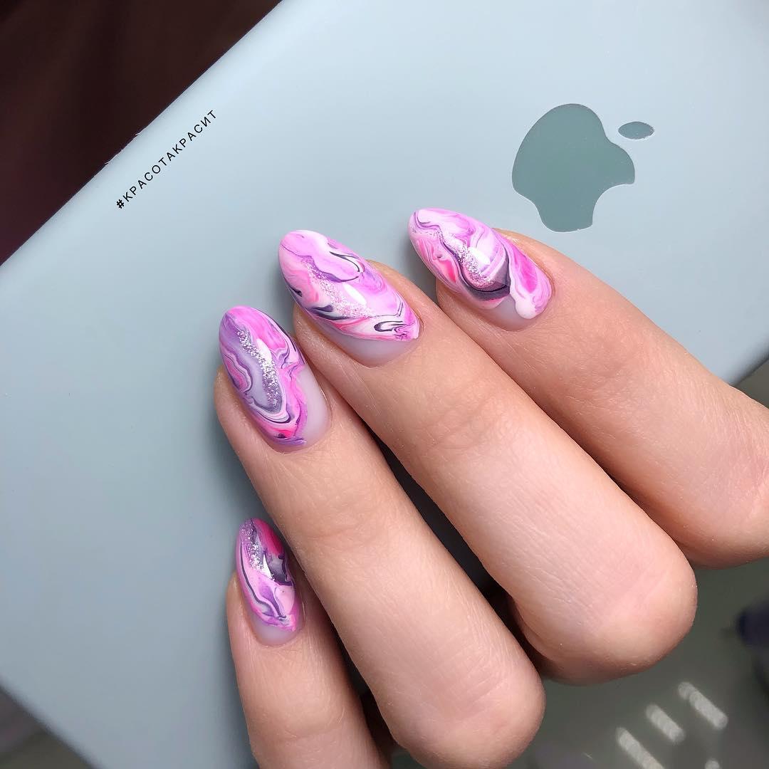 Маникюр с абстрактным рисунком и серебряными блестками на длинные ногти.