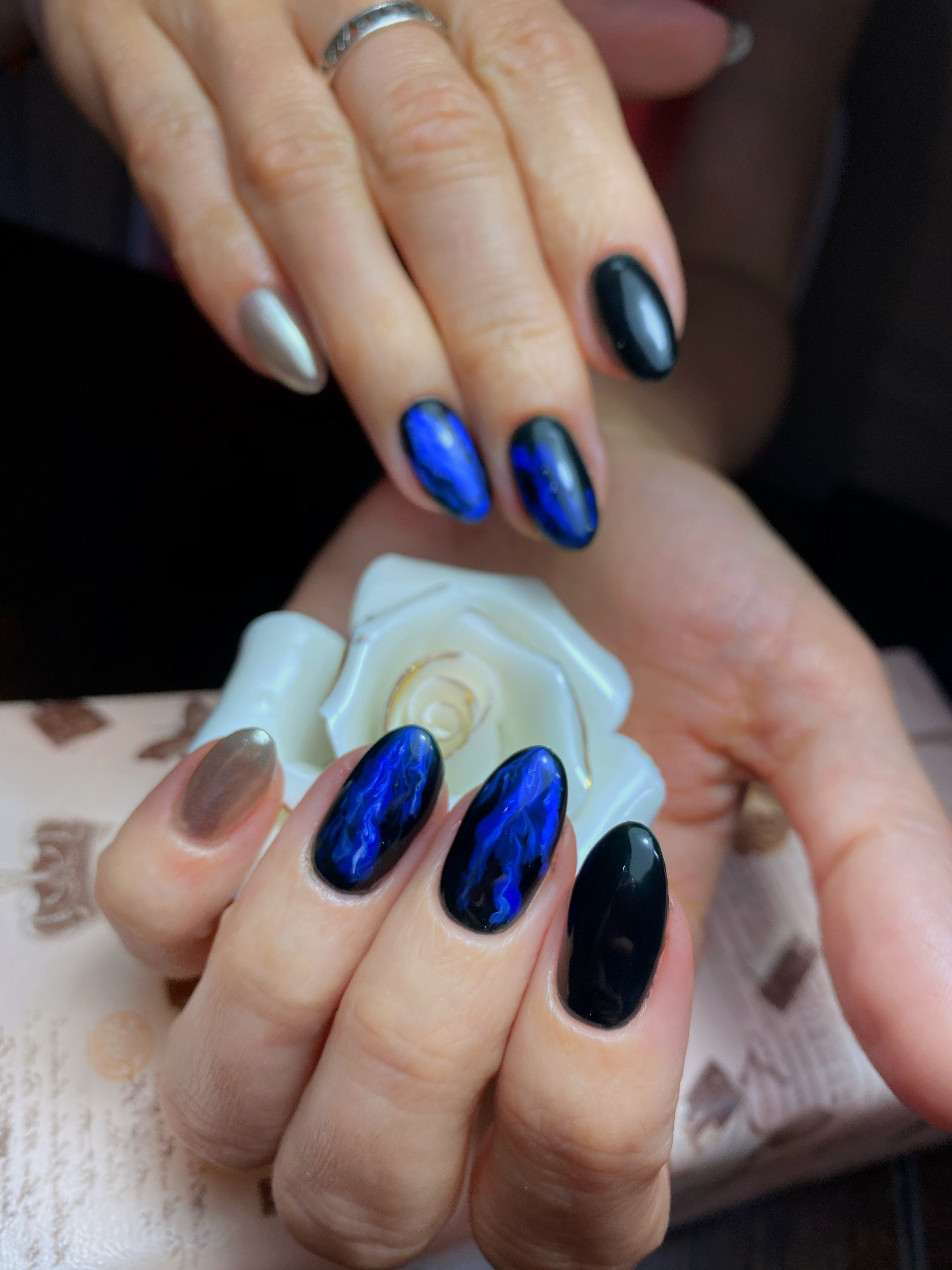 Марик р с мраморным дизайном на длинные ногти.
